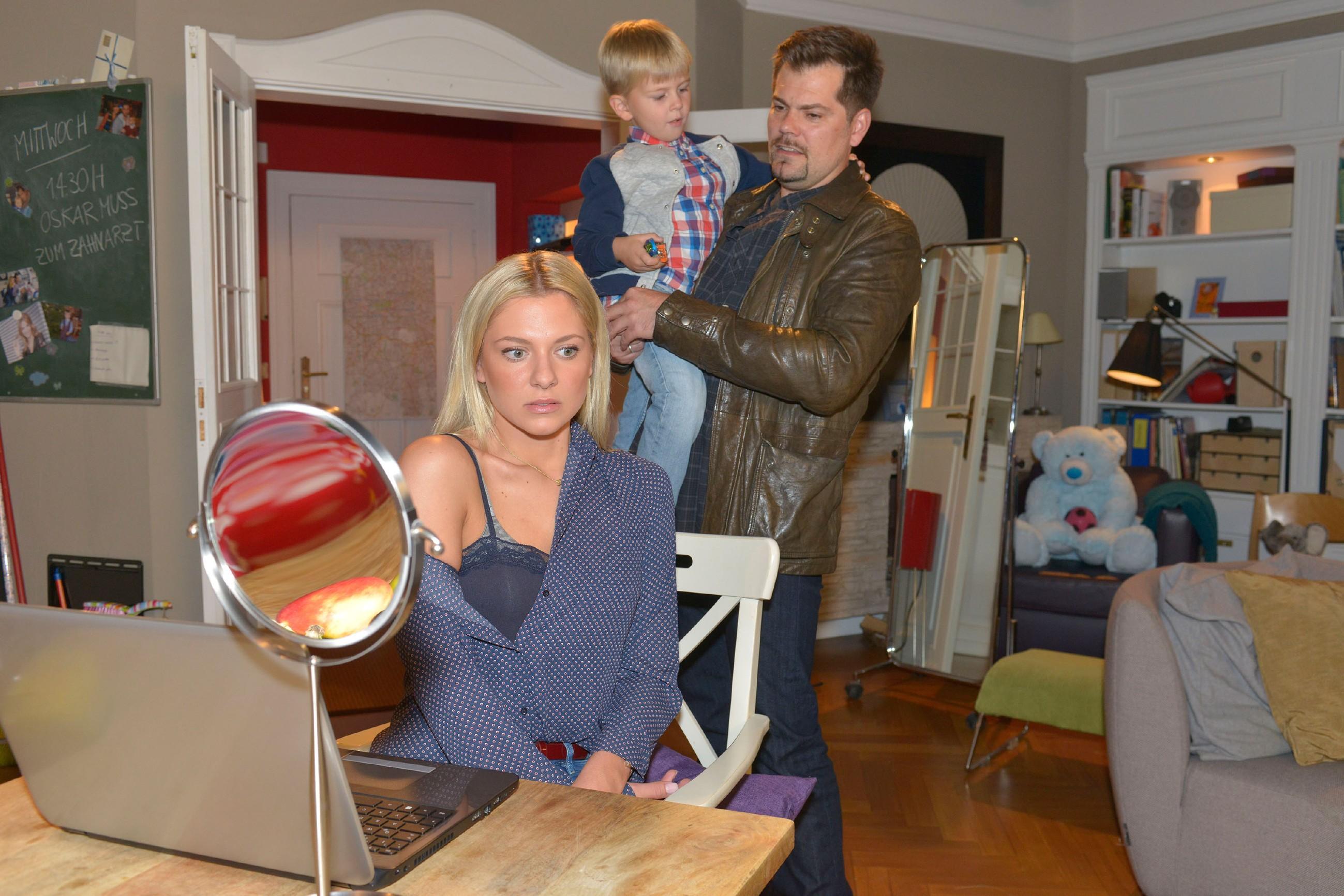 Leon (Daniel Fehlow) erkennt, wie nervös Sunny (Valentina Pahde) wegen dem bevorstehenden Probe-Shooting für Tussi Attack ist. (Quelle: RTL / Rolf Baumgartner)