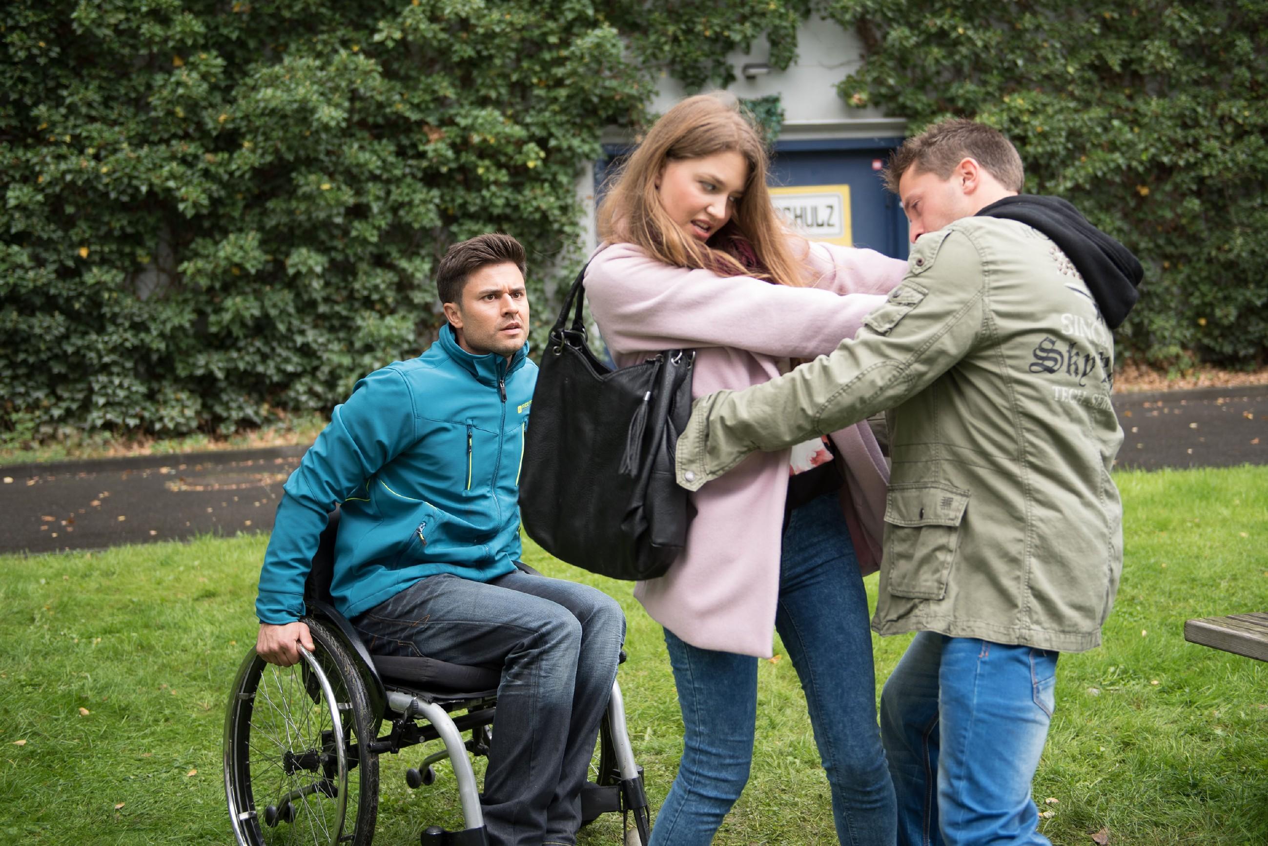 Paco (Milos Vukovic, l.) muss hilflos mitansehen, wie Jule (Amrei Haardt) von einem Typen (Komparse) angegriffen wird... (Quelle: RTL / Stefan Behrens)