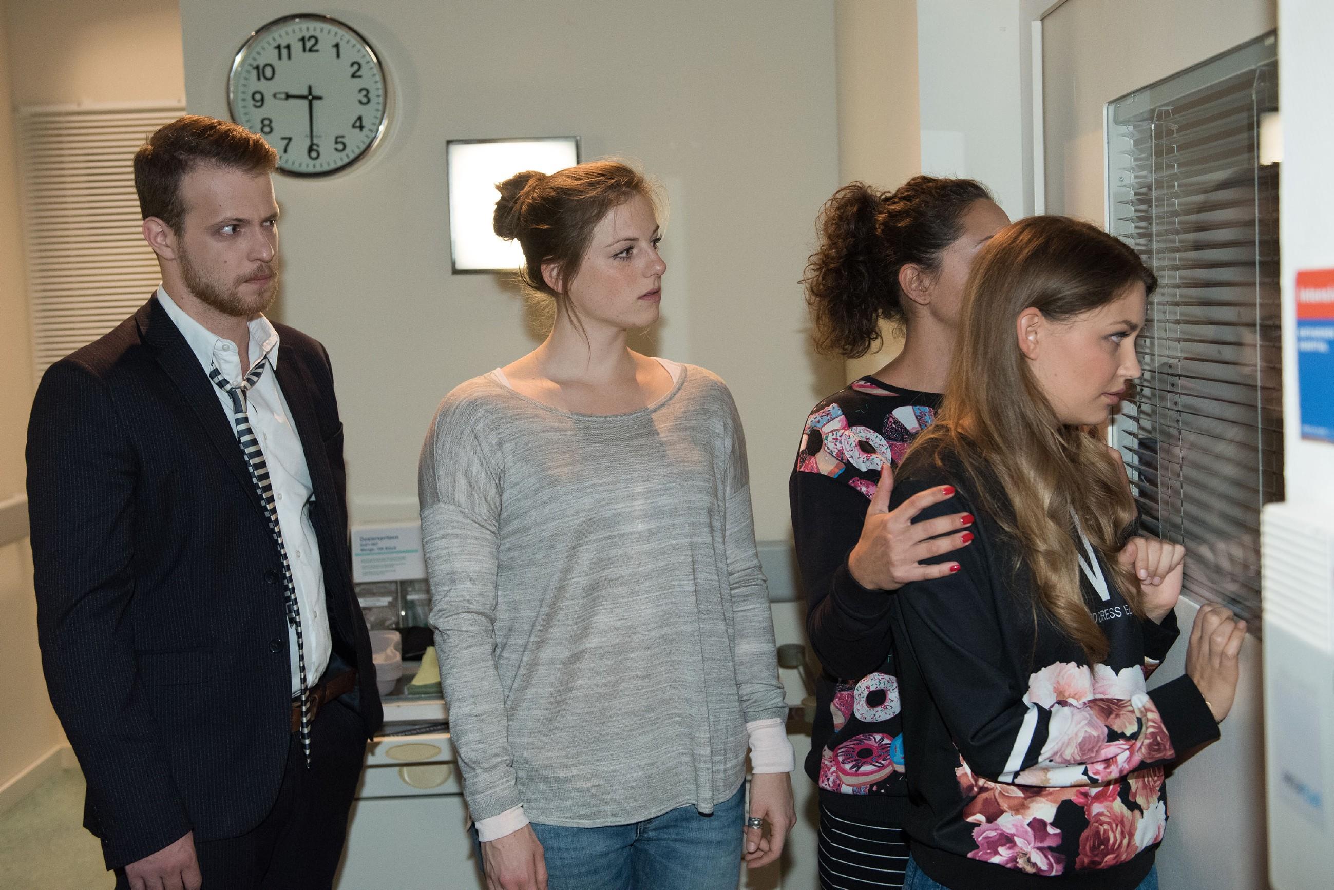 Besorgt bangen (v.l.) Tobias (Patrick Müller), Elli (Nora Koppen), Caro (Ines Kurenbach) und Jule (Amrei Haardt) um Ringos Leben. (Quelle: RTL / Stefan Behrens)