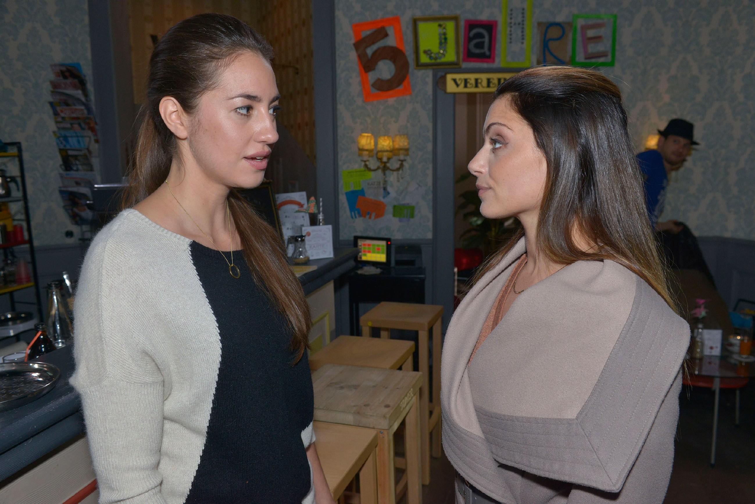 Als Emily (Anne Menden, r.) Elena (Elena Garcia Gerlach) übertriebene Rachsucht vorwirft, wenn sie Philip Chuchos Vergiftung anhängen will, weist diese Emily daraufhin klar in ihre Schranken. (Quelle: RTL / Rolf Baumgartner)