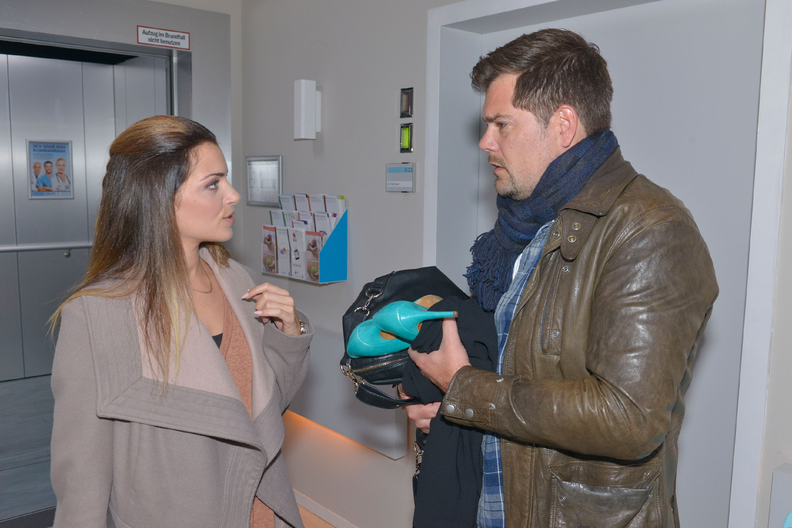 Emily (Anne Menden) bekommt nach Sophies Unfall Leons (Daniel Fehlow) geballten Frust ab, der ihre Schlamperei dafür verantwortlich macht, dass Sophie so gestresst war. (Quelle: RTL / Rolf Baumgartner)