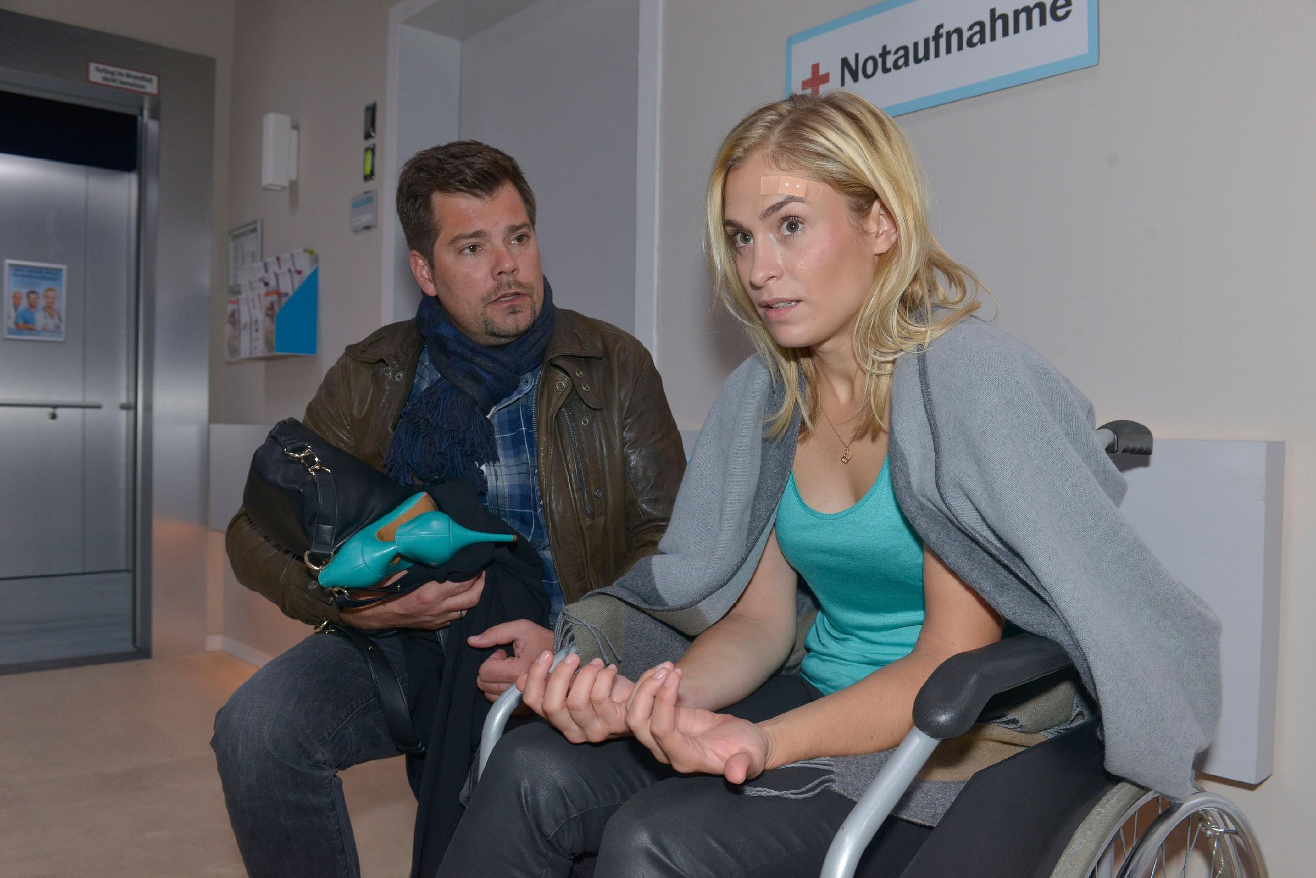 Leon (Daniel Fehlow) versteht nicht, wie es zu Sophies (Lea Marlen Woitack) folgenschwerem Unfall kommen konnte. (Quelle: RTL / Rolf Baumgartner)