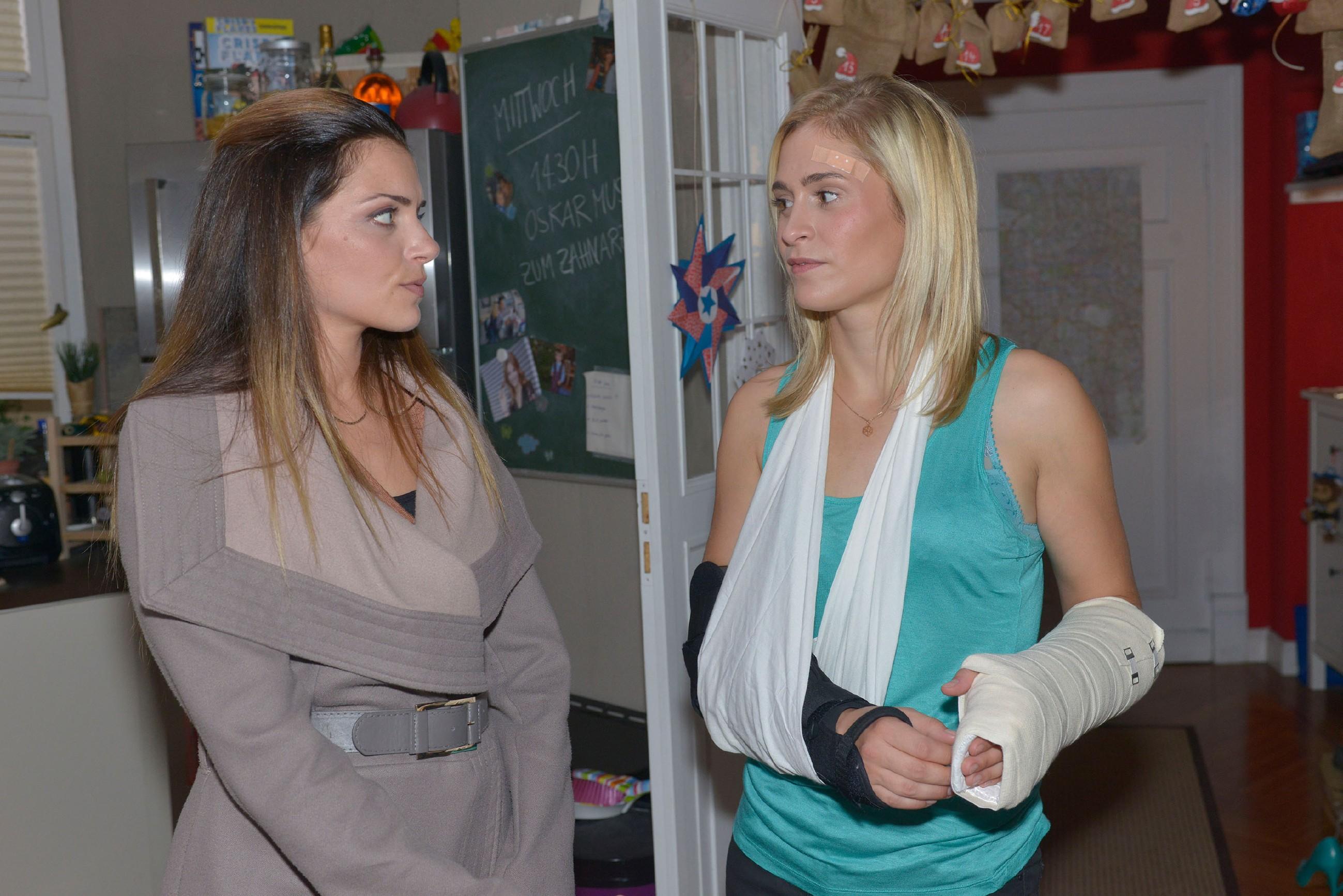 Emily (Anne Menden, l.) will ihre Schuld wiedergutmachen und hofft, Sophie (Lea Marlen Woitack) damit besänftigen zu können. (Quelle: RTL / Rolf Baumgartner)