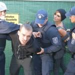 Bei der Protestaktion geraten Chris (Eric Stehfest, 2.v.l.) und Anni (Linda Marlen Runge) in die Gewalt der Polizei. (Quelle: RTL / Rolf Baumgartner)