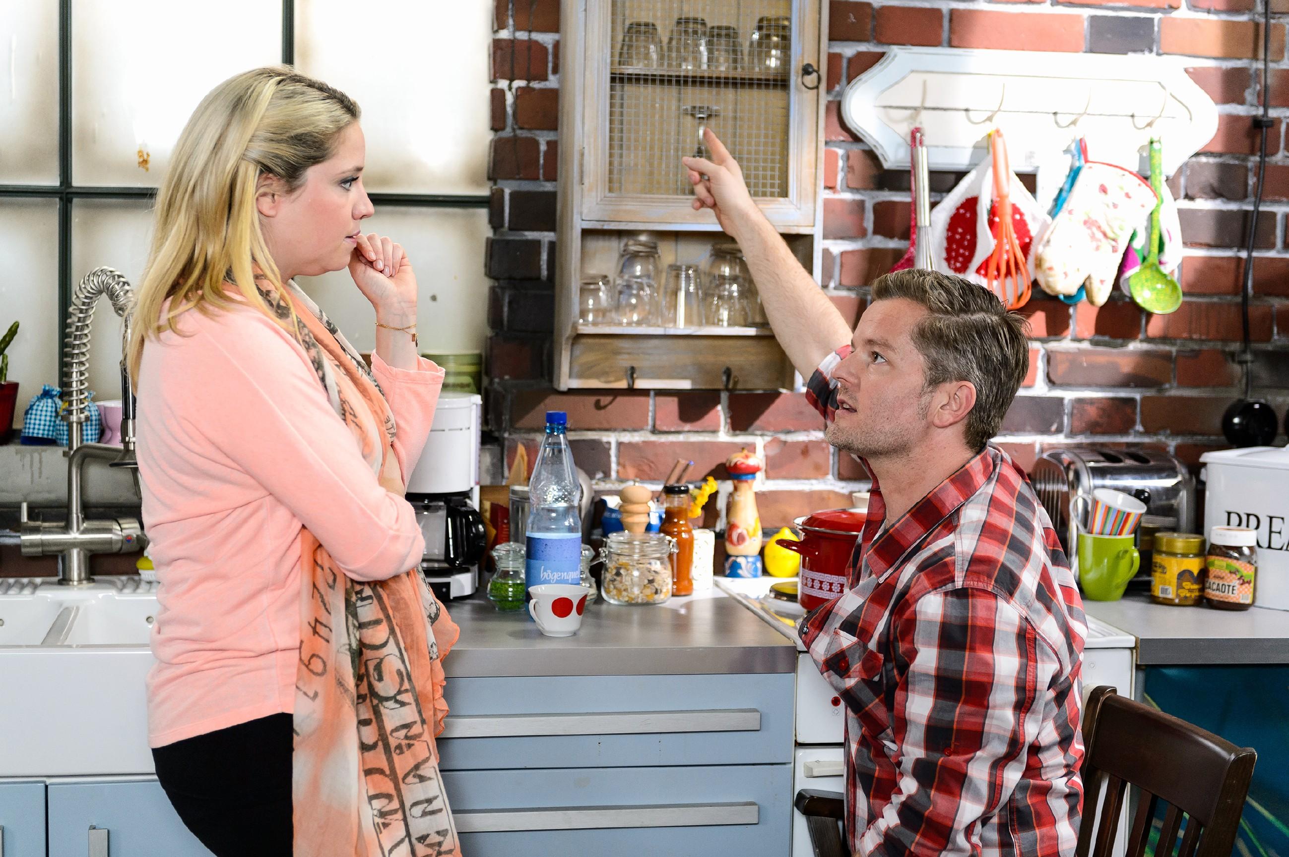 Bea (Caroline Maria Frier) und Ingo (André Dietz) wollen alles tun, damit Marie sich nach ihrer Entlassung aus dem Krankenhaus im Loft wohlfühlen und mit dem Rollstuhl frei bewegen kann. (Quelle: RTL / Willi Weber)