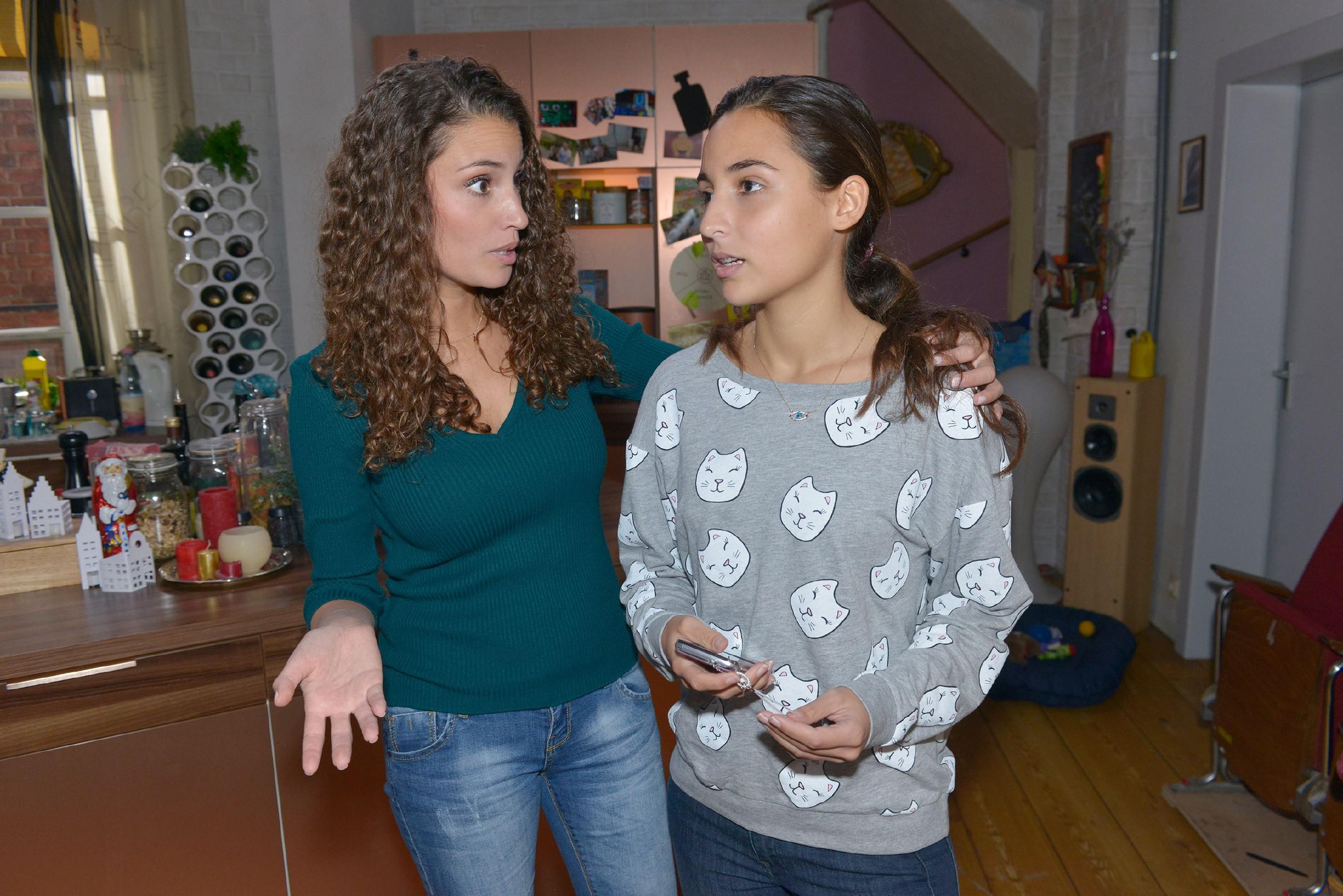 Selma (Rona Özkan, r.) ist bedrückt, weil Jonas auf explorefriends ihre Freundschaftsanfrage nicht annimmt. Zur Ablenkung will Ayla (Nadine Menz) sie mitnehmen, um Weihnachtsvorbereitungen zu erledigen. (Quelle: RTL / Rolf Baumgartner)