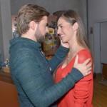 John (Felix von Jascheroff) freut sich auf die Reise mit Elena (Elena Garcia Gerlach). (Quelle: RTL / Rolf Baumgartner)