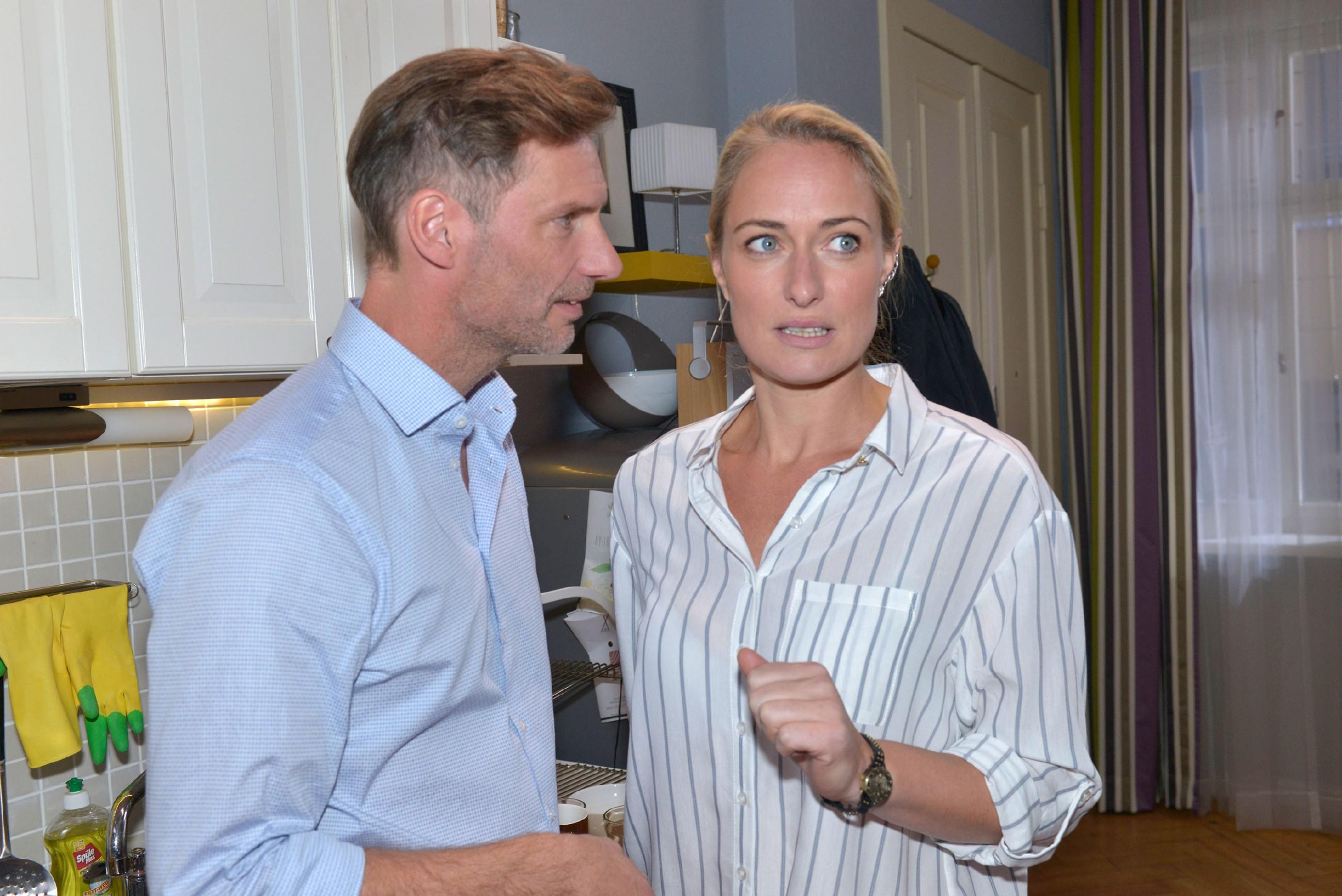 Maren (Eva Mona Rodekirchen) erkennt, dass sie offenbar falsche Signale in Richtung Alexander (Clemens Löhr) gesendet hat. (Quelle: RTL / Rolf Baumgartner)