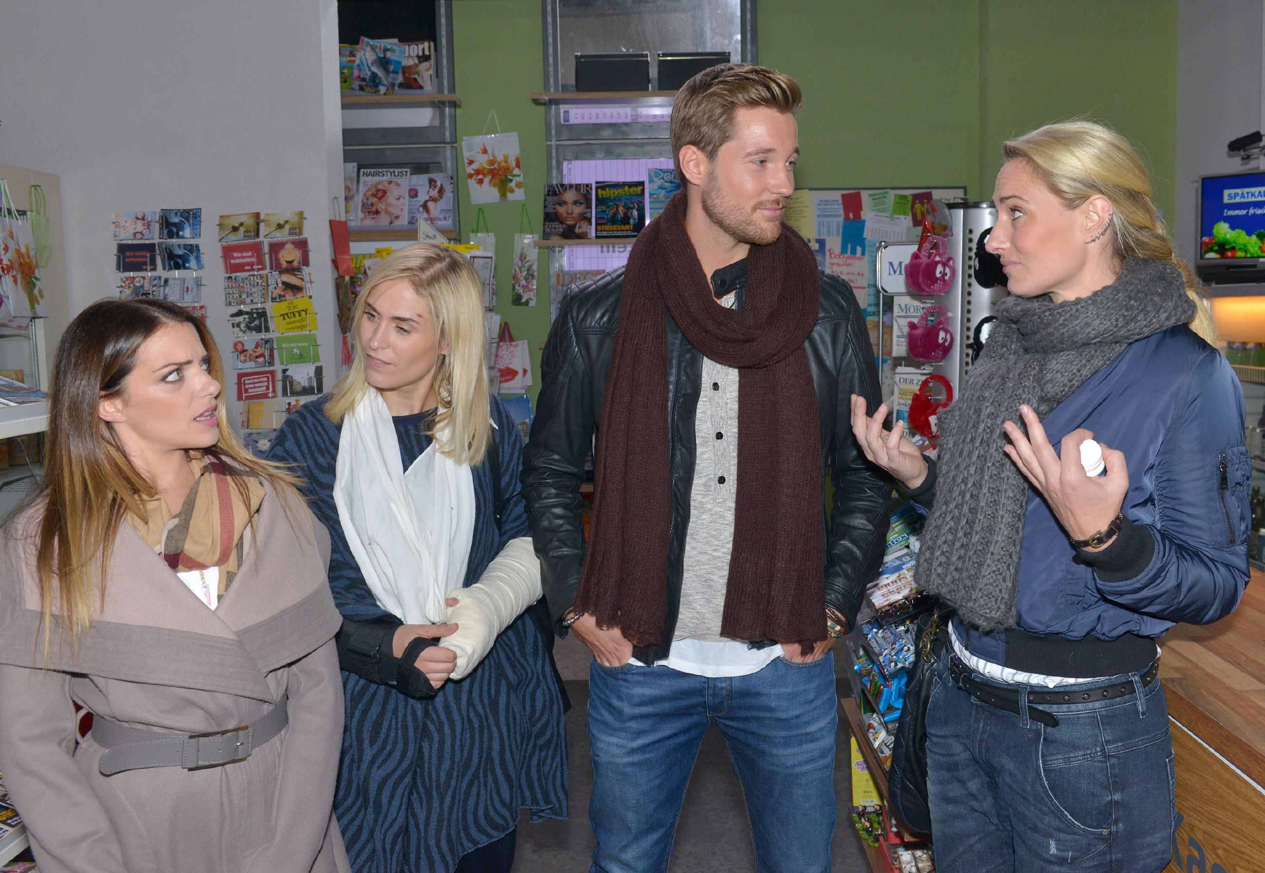 Emily (Anne Menden, l.) und Sophie (Lea Marlen Woitack, 2.v.l.) sind erstaunt, dass Eike (Tommy Schlesser) so offenkundiges Interesse an Maren (Eva Mona Rodekirchen) zeigt. (Quelle: RTL / Rolf Baumgartner)