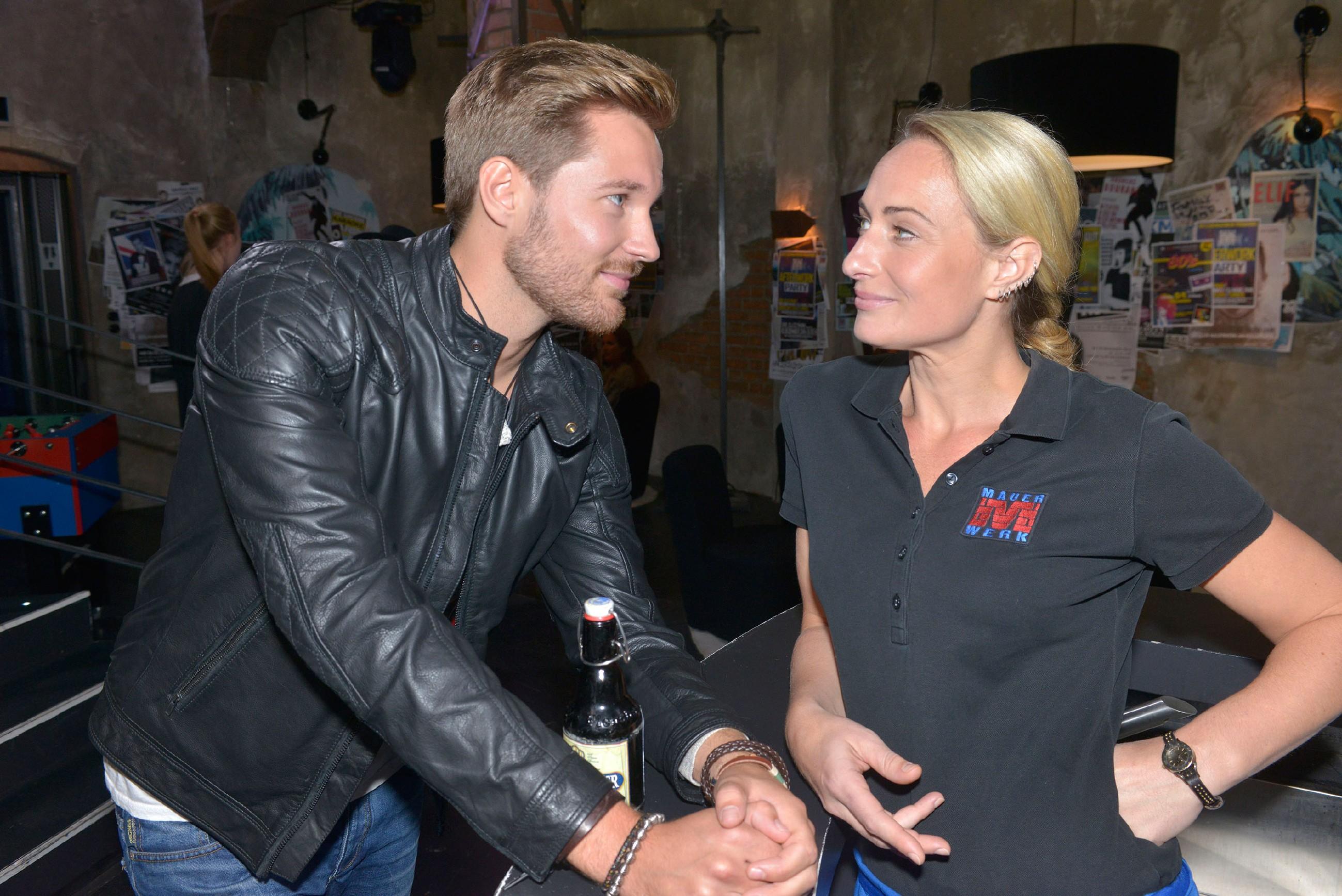 Als Maren (Eva Mona Rodekichen) im Mauerwerk von dem gutaussehenden Eike (Tommy Schlesser) unmissverständlich angeflirtet wird, ergreift sie die Chance, ihre ungewünschten Gefühle für Alexander zu verdrängen. (Quelle: RTL / Rolf Baumgartner)