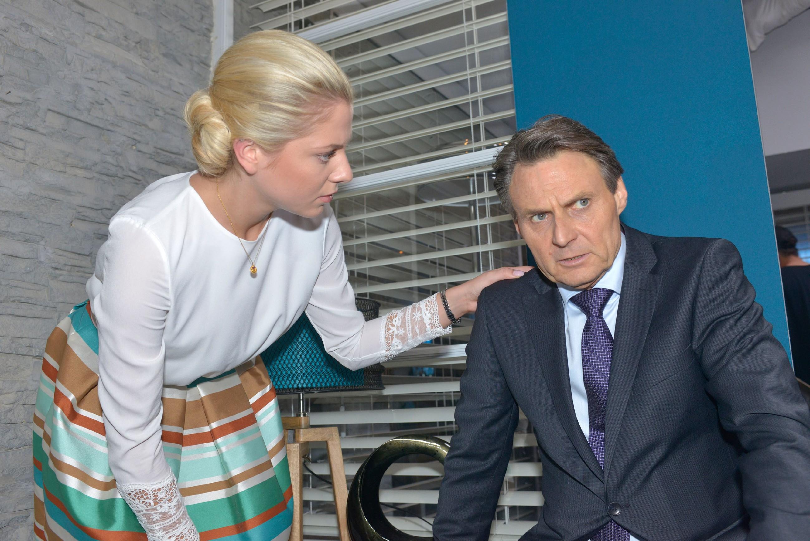 Sunny (Valentina Pahde) kümmert sich um Gerner (Wolfgang Bahro), der traurig hinnehmen muss, dass er seinen Freund verloren hat. (Quelle: RTL / Rolf Baumgartner)