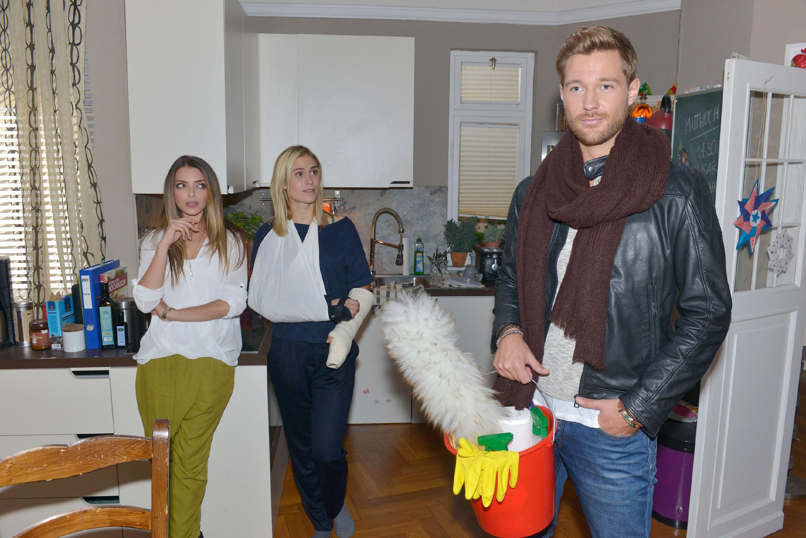 Emily (Anne Menden, l.) und Sophie (Lea Marlen Woitack) sind verblüfft, als sich die neue Haushaltshilfe als ein äußerst attraktiver junger Mann namens Eike herausstellt. (Quelle: RTL / Rolf Baumgartner)