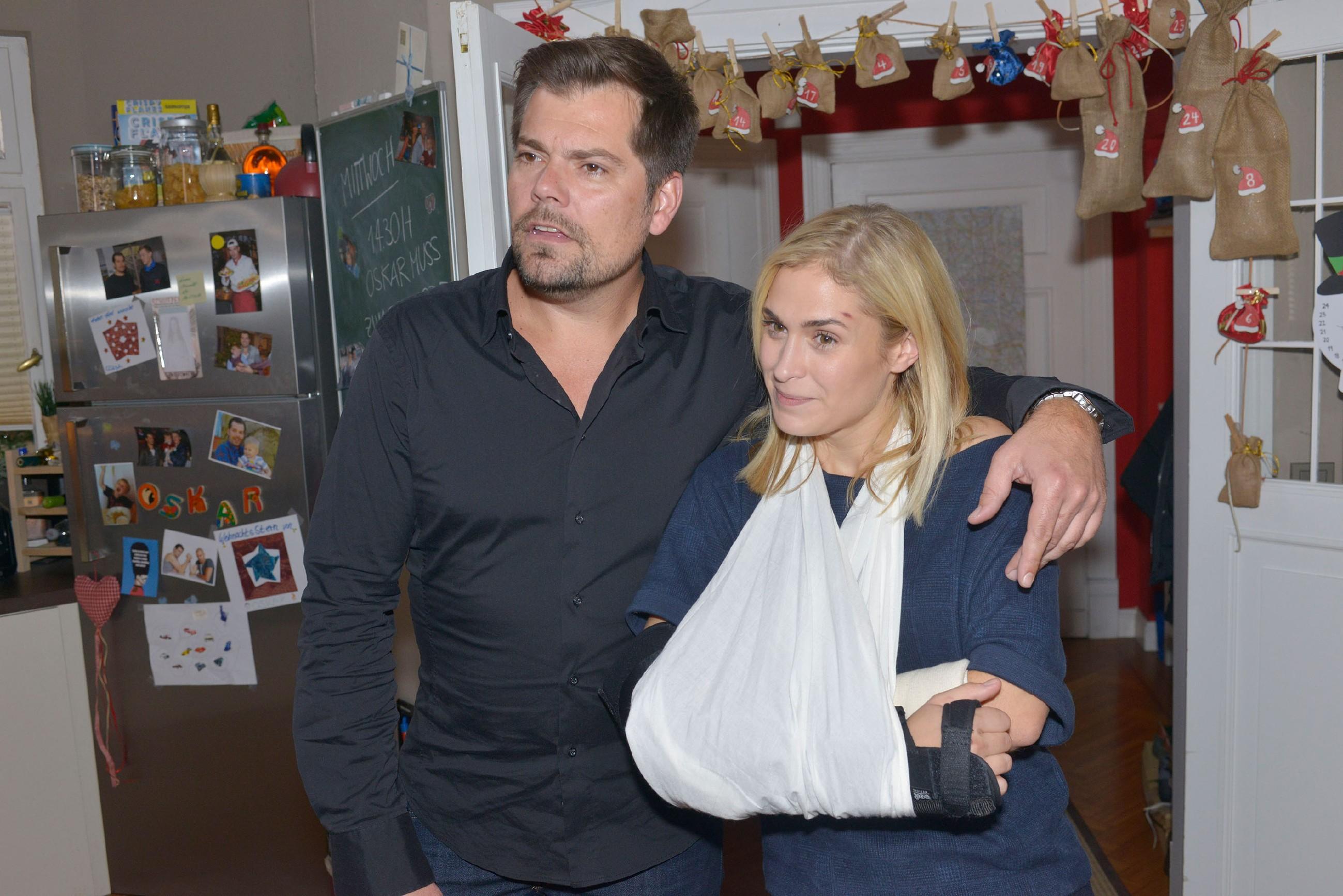 Leon (Daniel Fehlow) ist überrascht, dass die Haushaltshilfe, die er für Sophie (Lea Marlen Woitack) gebucht hat, sich als ein äußerst attraktiver junger Mann namens Eike herausstellt... (Quelle: RTL / Rolf Baumgartner)