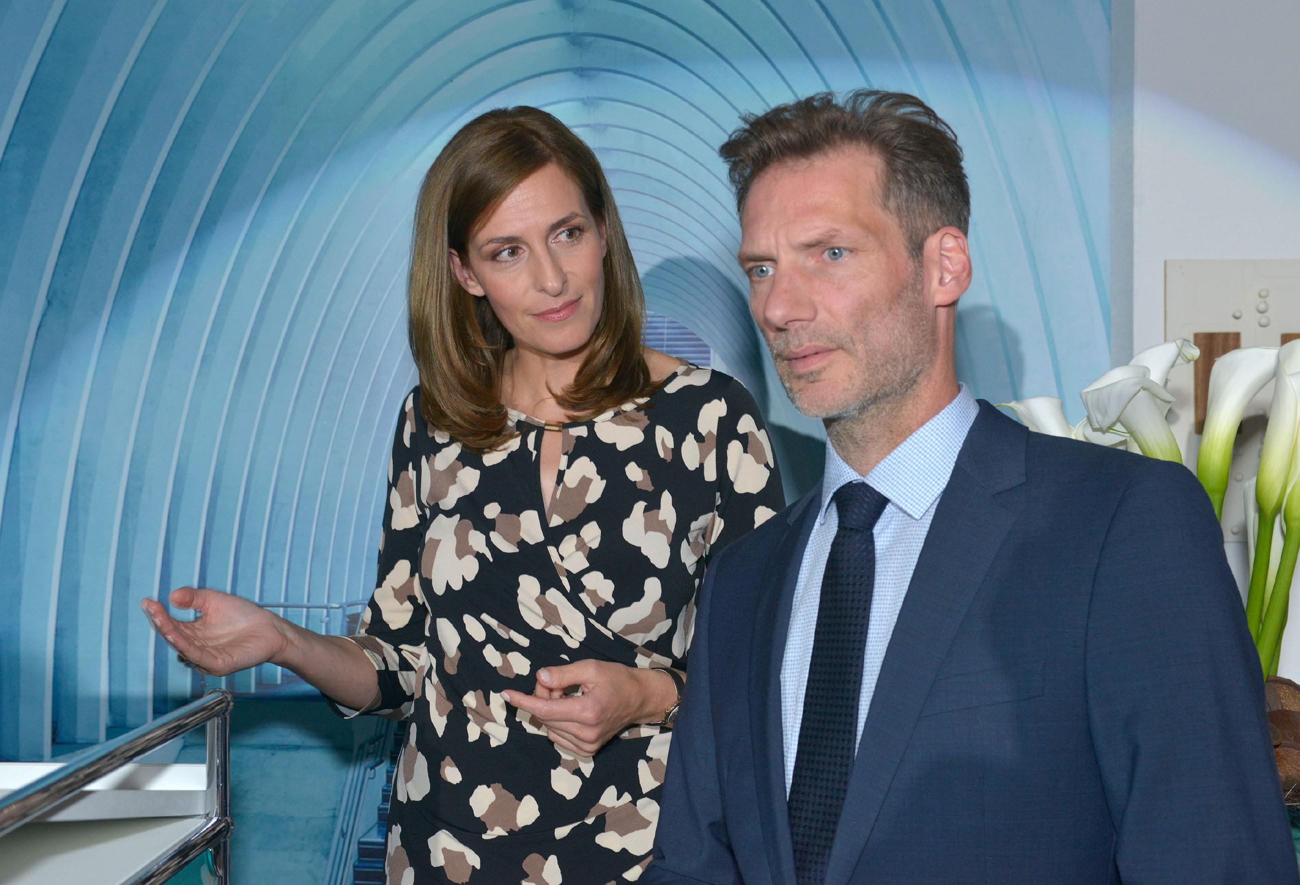 Als die Eröffnungsfeier von KFI International beginnt, bittet Katrin (Ulrike Frank) Alexander (Clemens Löhr) nochmals eindringlich, sie nicht im Stich zu lassen. (Quelle: RTL / Rolf Baumgartner)