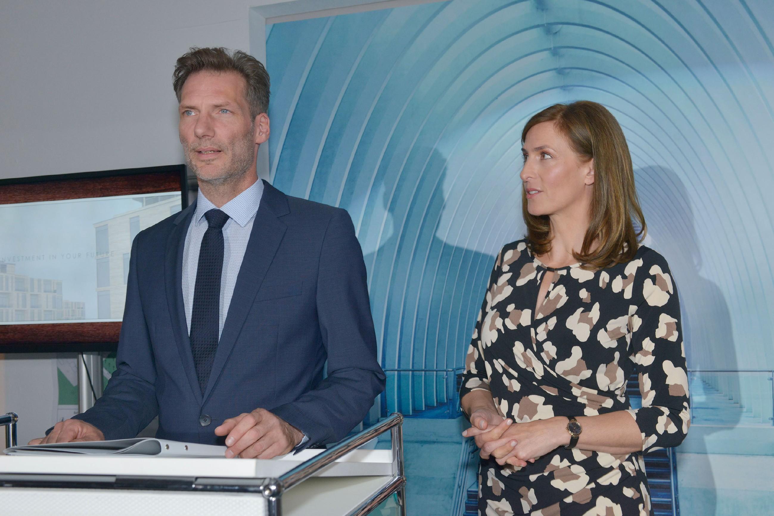 Zu Katrins (Ulrike Frank) Entsetzen kündigt Alexander (Clemens Löhr) bei der Eröffnungsfeier von KFI International seinen Job als Pressesprecher. (Quelle: RTL / Rolf Baumgartner)