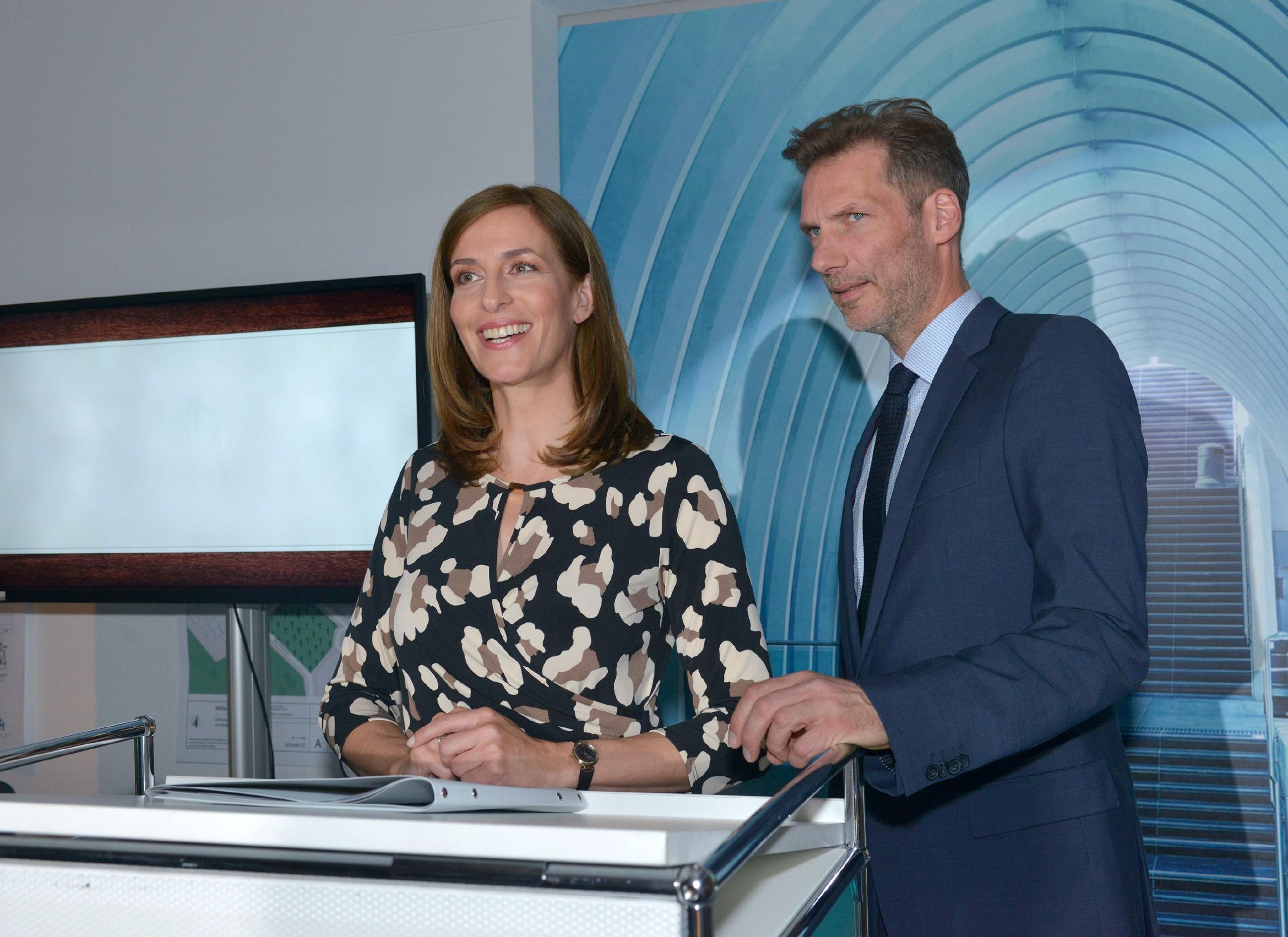 Die Eröffnungsfeier von KFI International beginnt, doch trotz Katrins (Ulrike Frank) Appell kann sich Alexander (Clemens Löhr) nicht dazu durchringen, öffentlich zu lügen... (Quelle: RTL / Rolf Baumgartner)