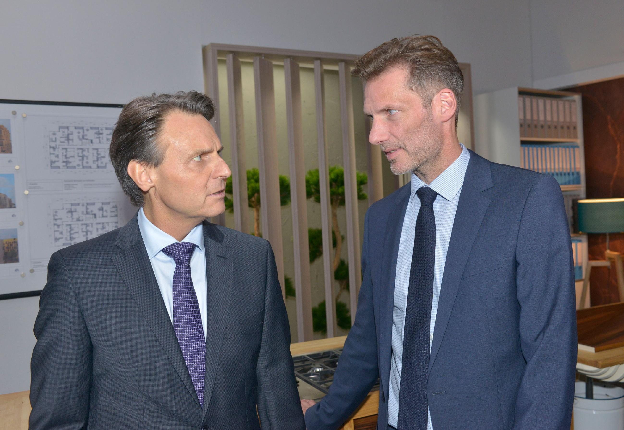 Alexander (Clemens Löhr, r.) will mit Gerners (Wolfgang Bahro) Machenschaften nichts mehr zu tun haben. (Quelle: RTL / Rolf Baumgartner)