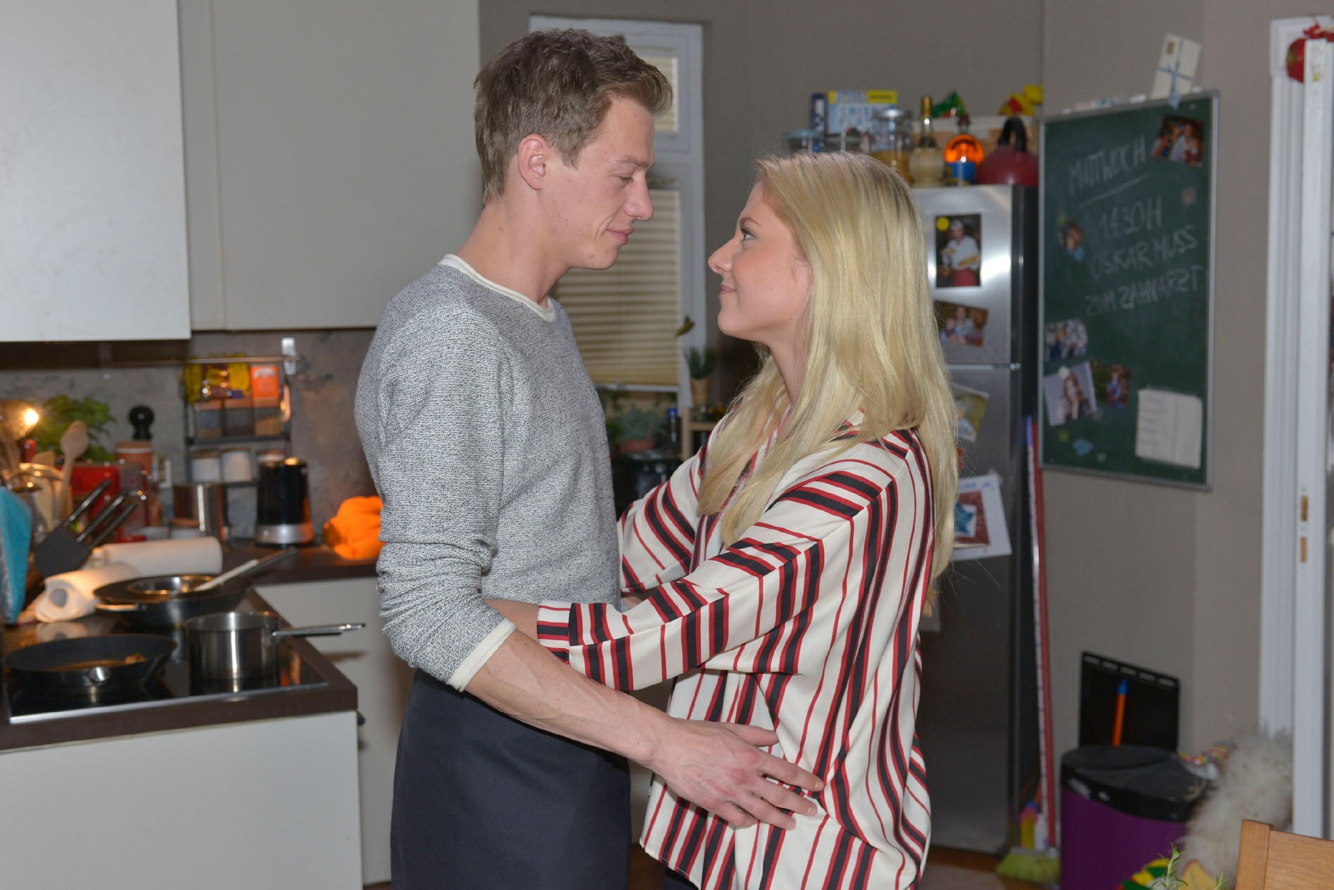 Sunny (Valentina Pahde) will Vince (Vincent Krüger) in seiner Begeisterung für das Kochen unterstützen.