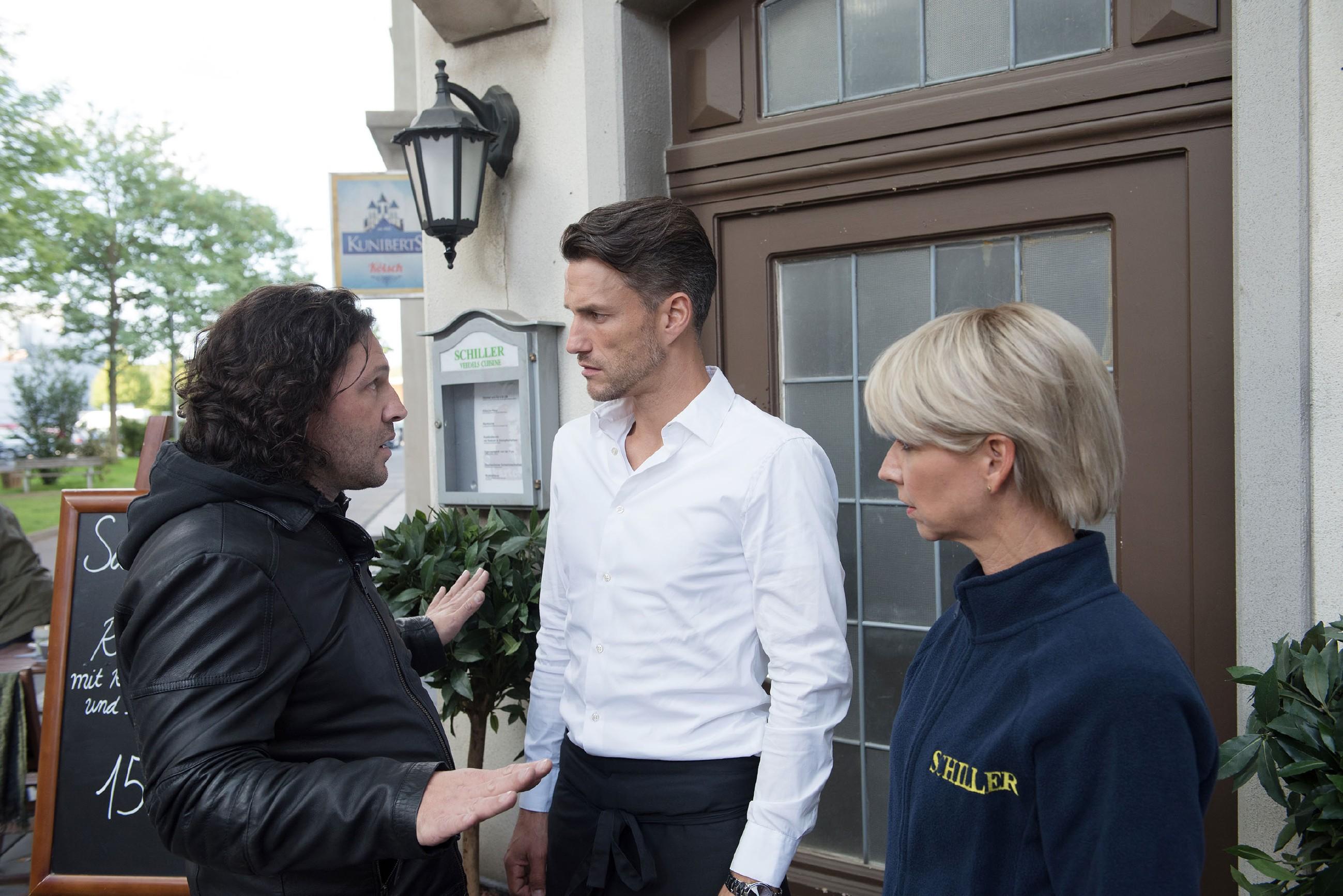 Rolf (Stefan Franz, l.) will die Demütigung durch Ute (Isabell Hertel) und Malte (Stefan Bockelmann) nicht einfach hinnehmen. (Quelle: RTL / Stefan Behrens)