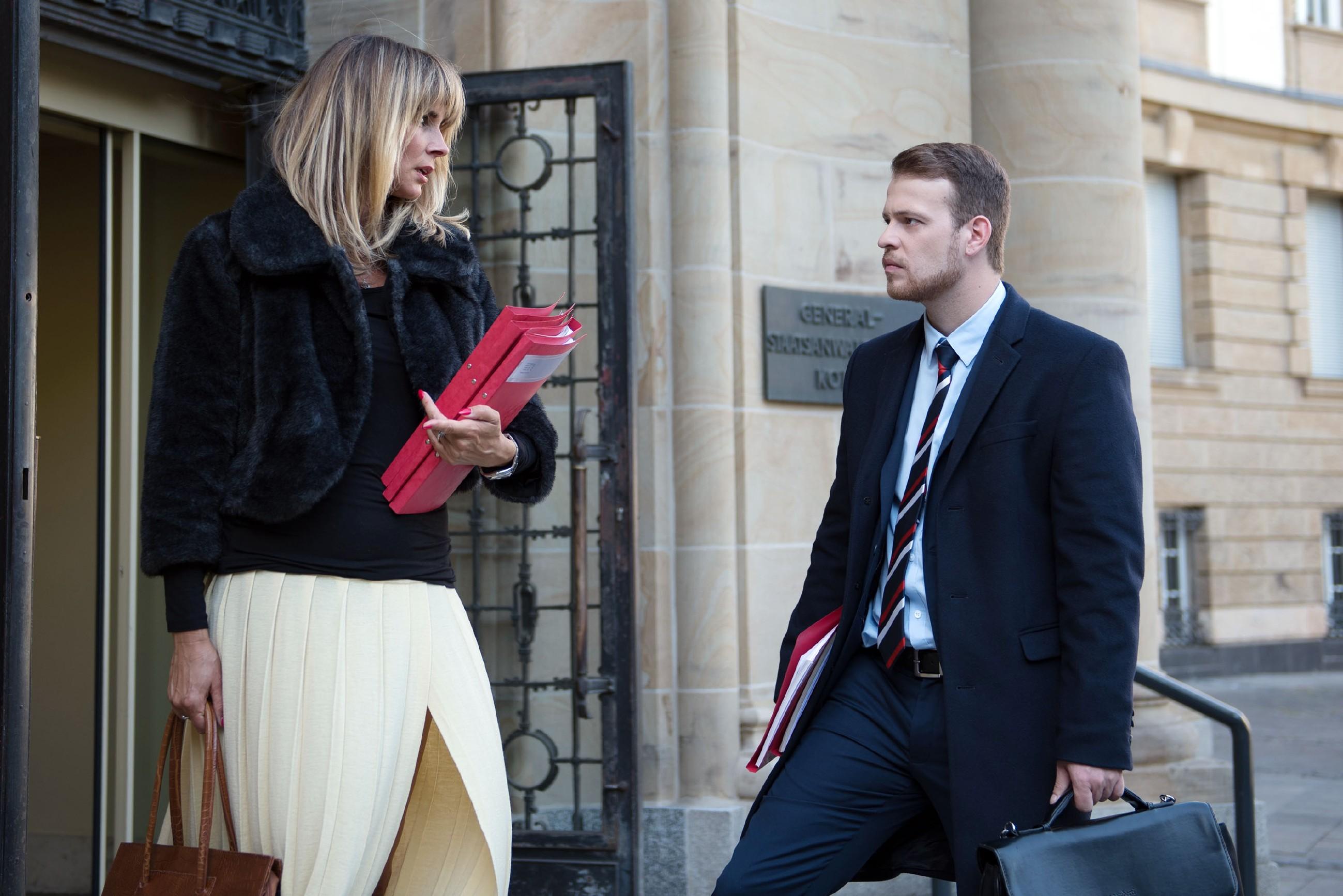 Tobias (Patrick Müller) wird sauer, als Eva (Claudelle Deckert) ihm demütigend die Kompetenz als Anwalt abspricht. (Quelle: RTL / Stefan Behrens)