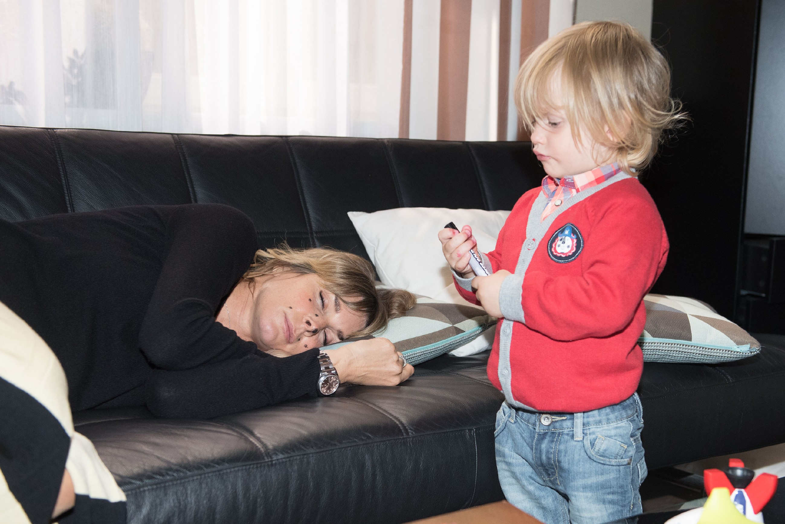 Eva (Claudelle Deckert) bemerkt nicht, dass Noah (Finn Luca Cramer) sich während ihres Nickerchens kreativ an ihr ausgetobt hat. (Quelle: RTL / Stefan Behrens)