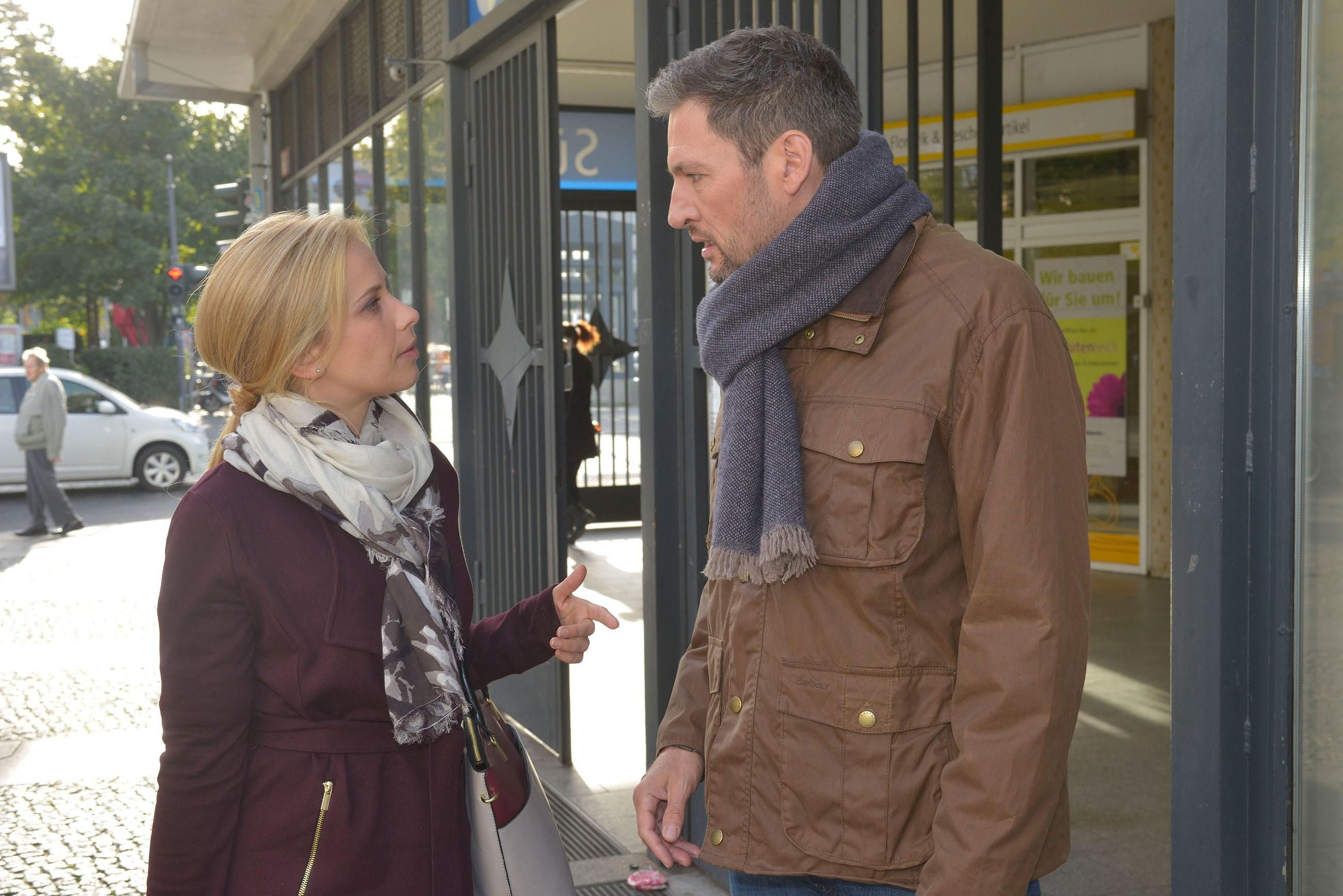 Anna (Suzanne Kockat) erfährt entsetzt, dass Frederic (Dieter Bach) mit seiner eigenen Tochter zusammen ist... (Quelle: RTL / Rolf Baumgartner)