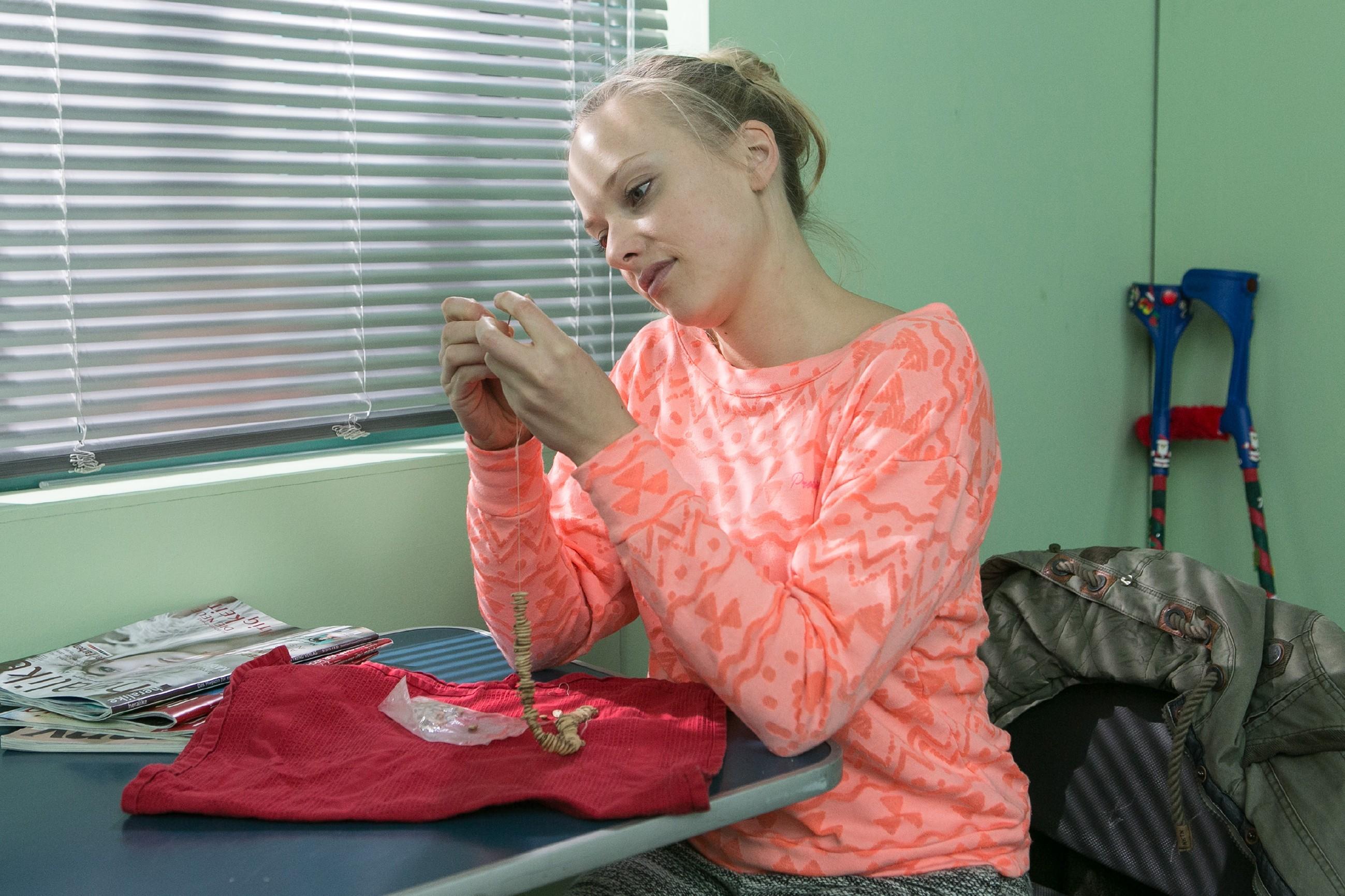 Marie (Judith Neumann) arbeitet in mühevoller Kleinstarbeit an der Überraschung für Leo. (Quelle: RTL / Kai Schulz)