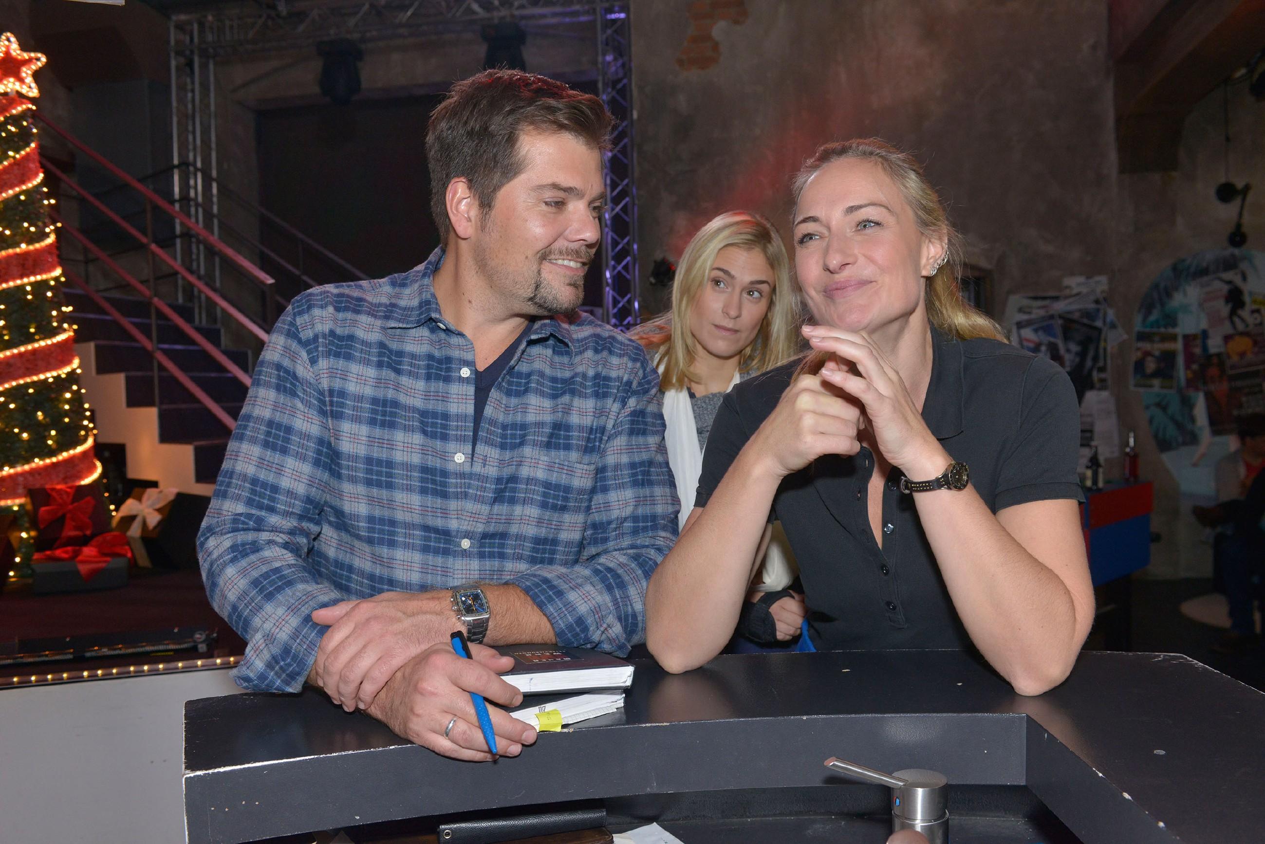 Sophie (Lea Marlen Woitack, hinten) bemerkt verwundert, wie vertraut Leon (Daniel Fehlow) und Maren (Eva Mona Rodekirchen) miteinander umgehen. (Quelle: RTL / Rolf Baumgartner)