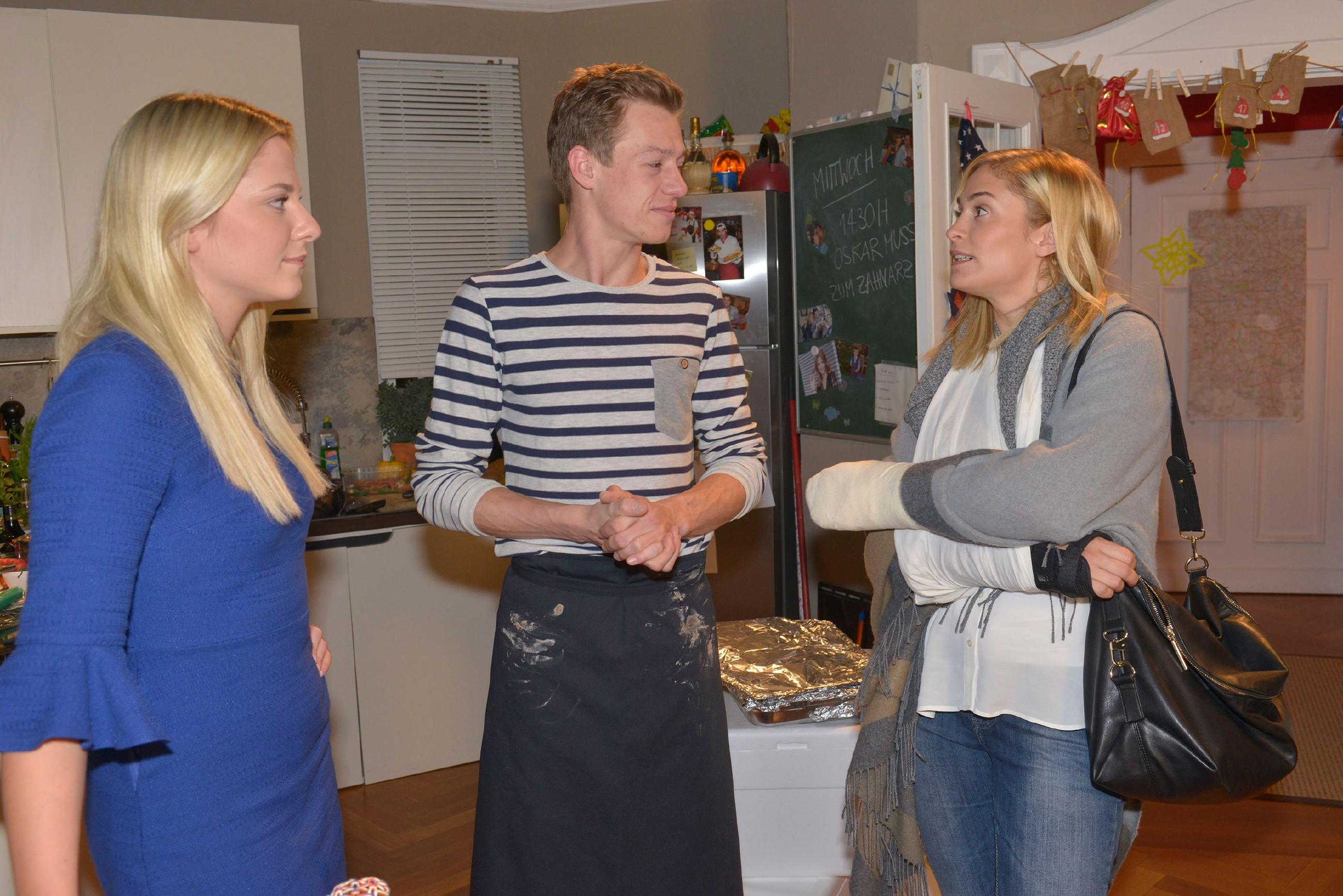 Sunny (Valentina Pahde, l.) und Vince (Vincent Krüger) versuchen ihre Meinungsverschiedenheiten vor Sophie (Lea Marlen Woitack) zu verbergen.