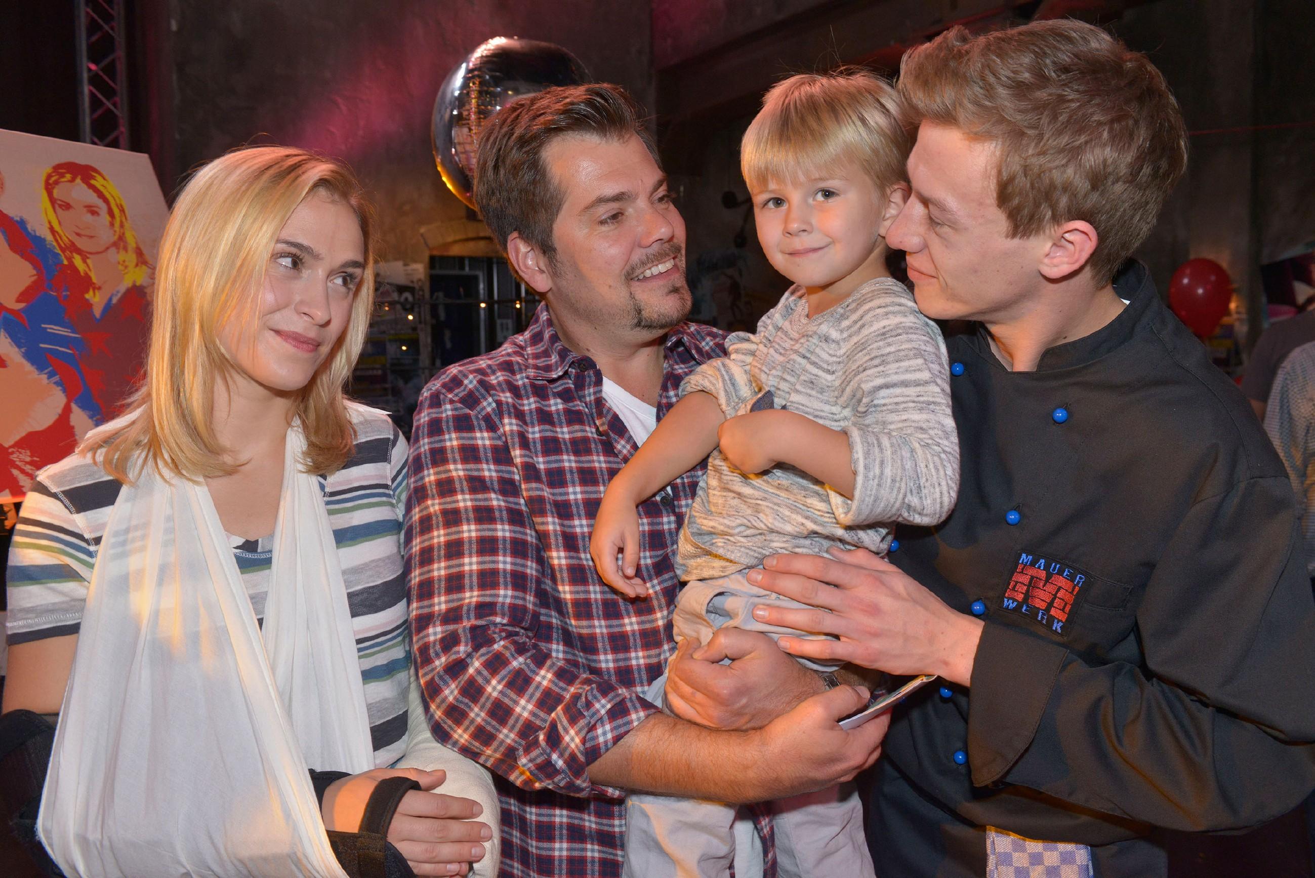 Leon feiert seinen 40. Geburtstag und ist glücklich und dankbar, Sophie (Lea Marlen Woitack), Oscar und Vince (Vincent Krüger, r.) bei sich zu haben.