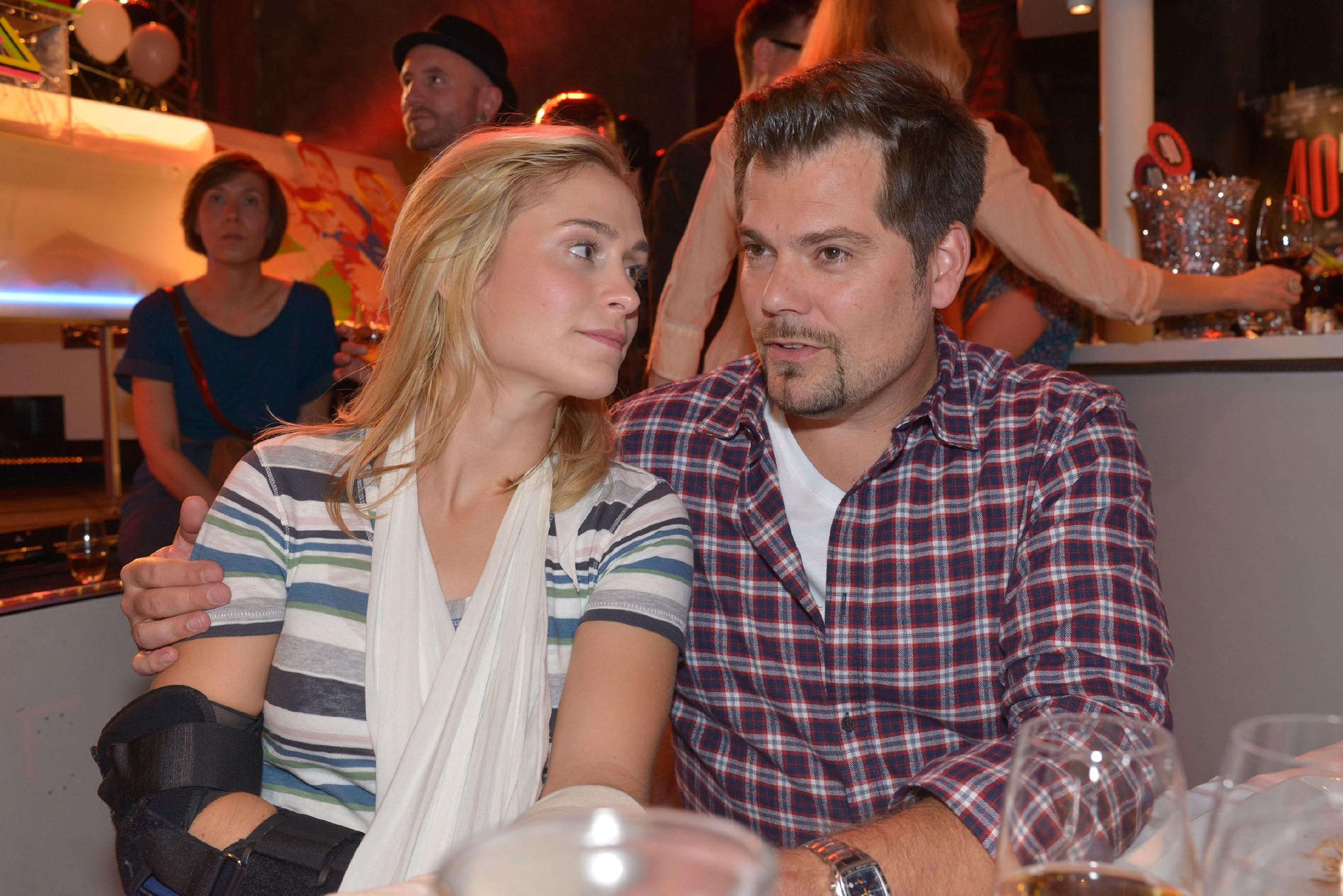 Sophie (Lea Marlen Woitack) ist erleichtert, dass Leon (Daniel Fehlow) ihre Eifersucht mit Humor nimmt. (Quelle: RTL / Rolf Baumgartner)