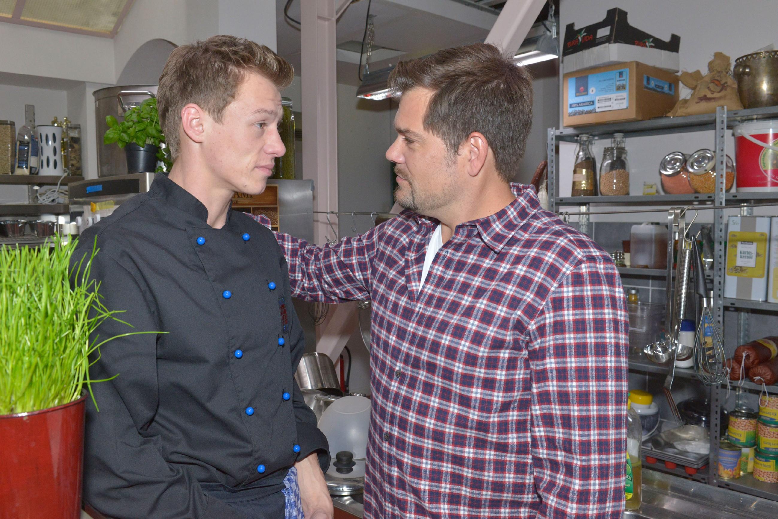 Vince (Vincent Krüger, l.) kann nicht nachvollziehen, warum Sunny noch nicht aufgetaucht ist, um Leon (Daniel Fehlow) zum Geburtstag zu gratulieren.