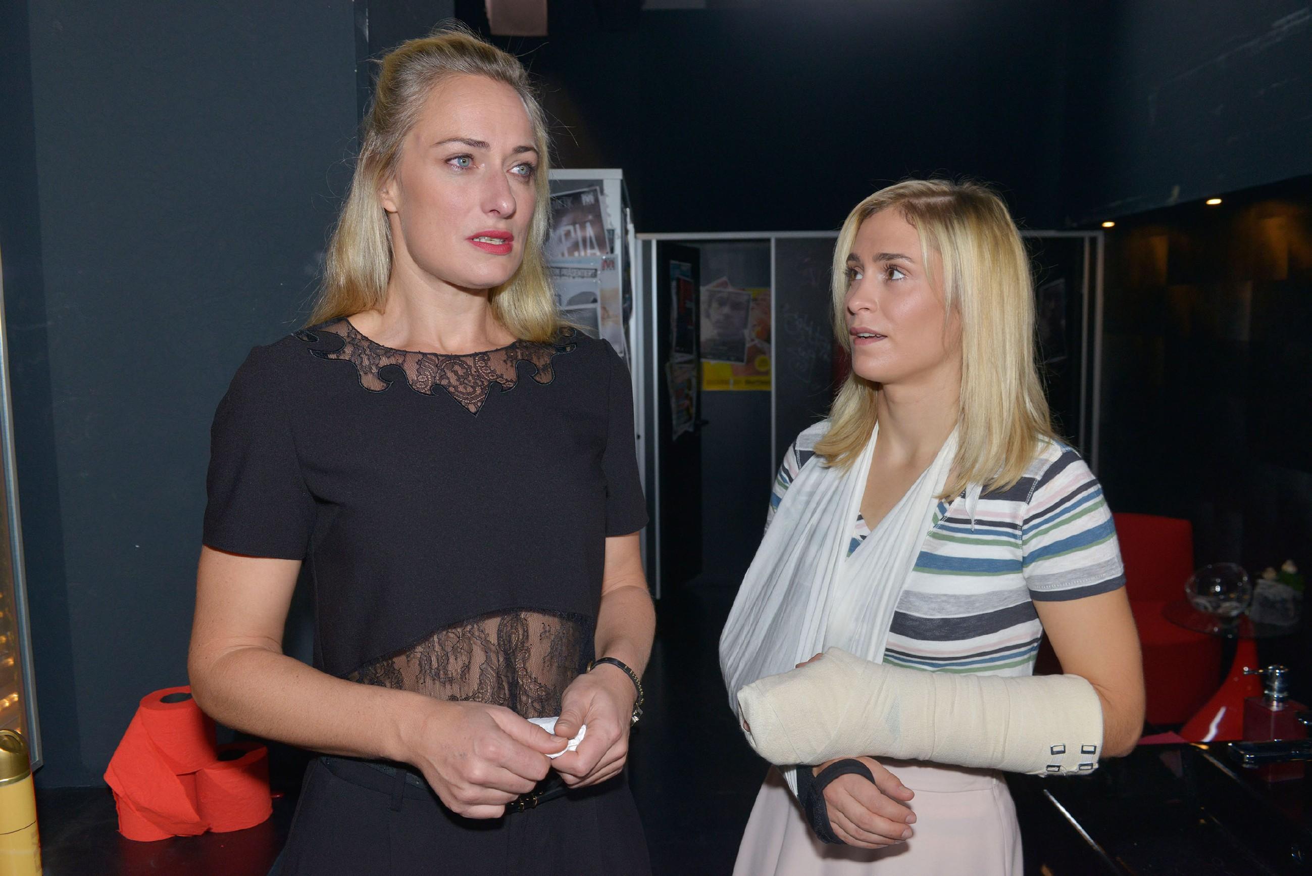 Sophie (Lea Marlen Woitack, r.) erkennt, wie unglücklich Maren (Eva Mona Rodekirchen) wegen Alexander ist. (Quelle: RTL / Rolf Baumgartner)