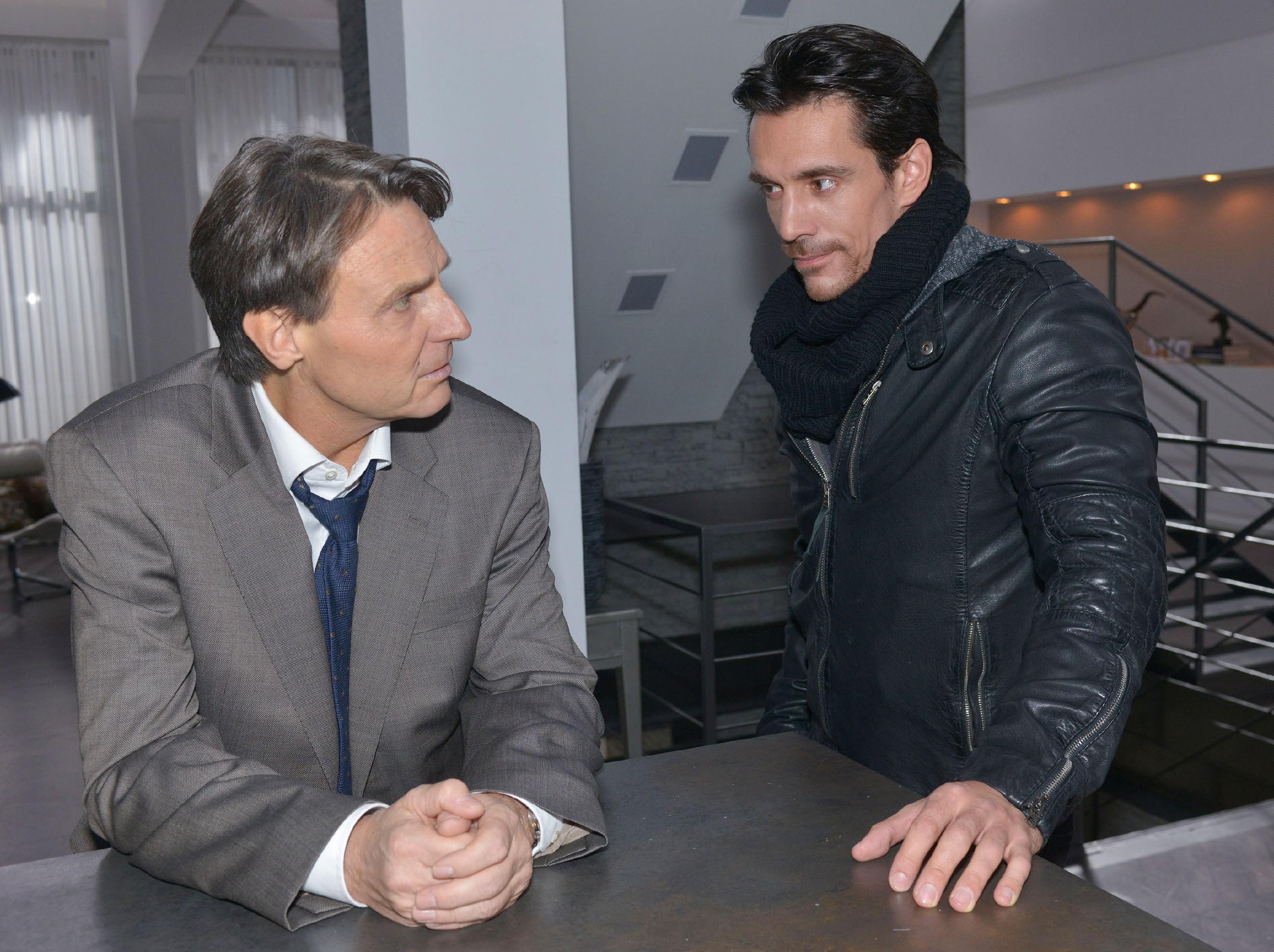 David (Philipp Christopher, r.) trifft auf einen geschockten Gerner (Wolfgang Bahro), der realisiert, dass er Sunny durch das Feuer auf der Bauruine fast umgebracht hätte. (Quelle: RTL / Rolf Baumgartner)