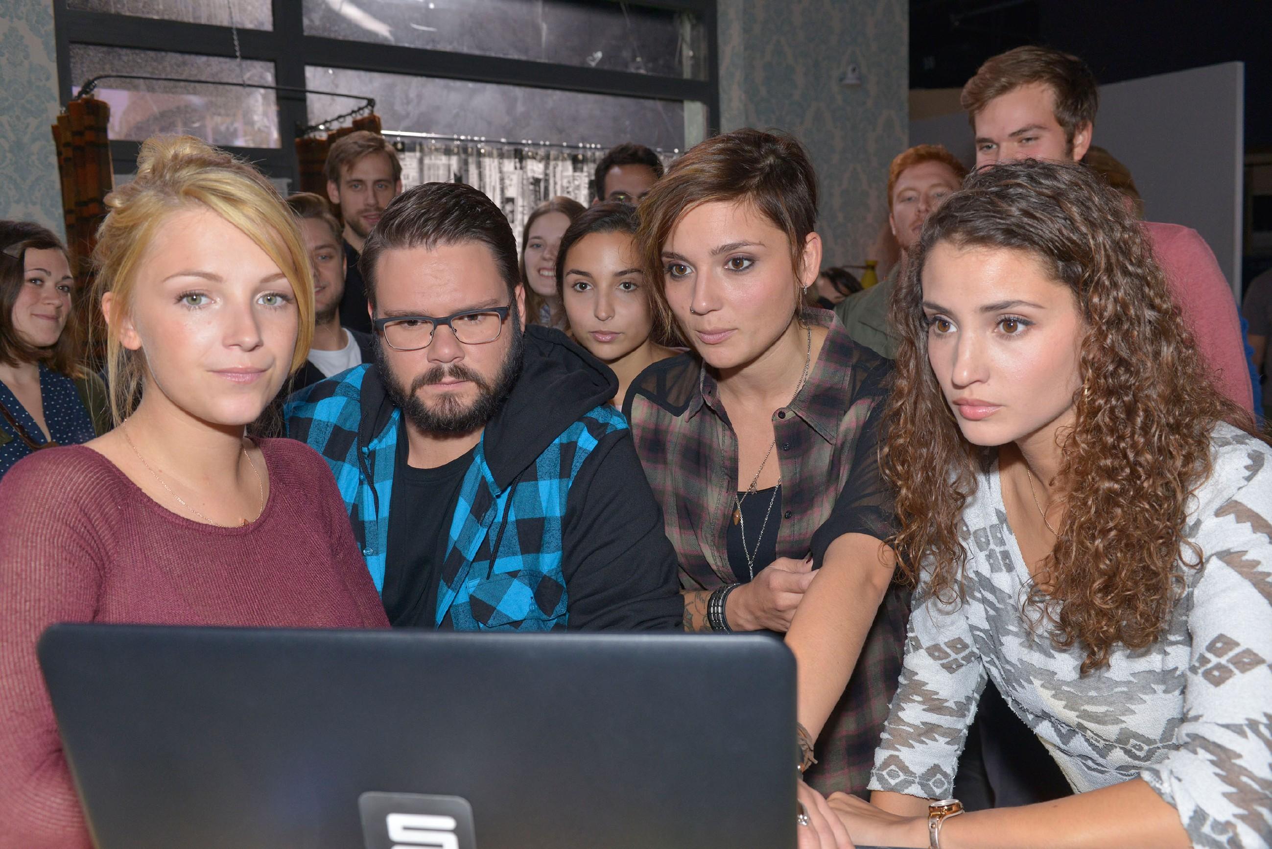 Lilly (Iris Mareike Steen), Tuner (Thomas Drechsel), Selma (Rona Özkan), Anni (Linda Marlen Runge) und Ayla (Nadine Menz) sind gespannt, ob sie an der Kiez-Challenge teilnehmen dürfen. (Quelle: RTL / Rolf Baumgartner)