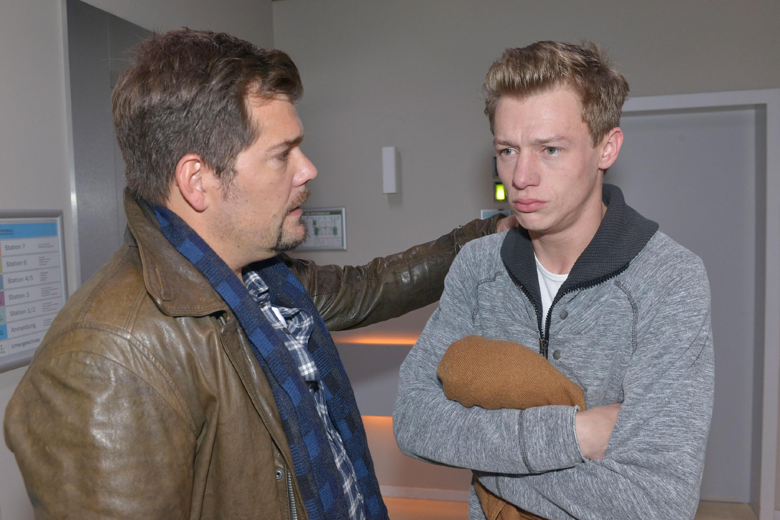 Leon (Daniel Fehlow, l.) und Vince (Vincent Krüger) bangen um Sunnys Leben.