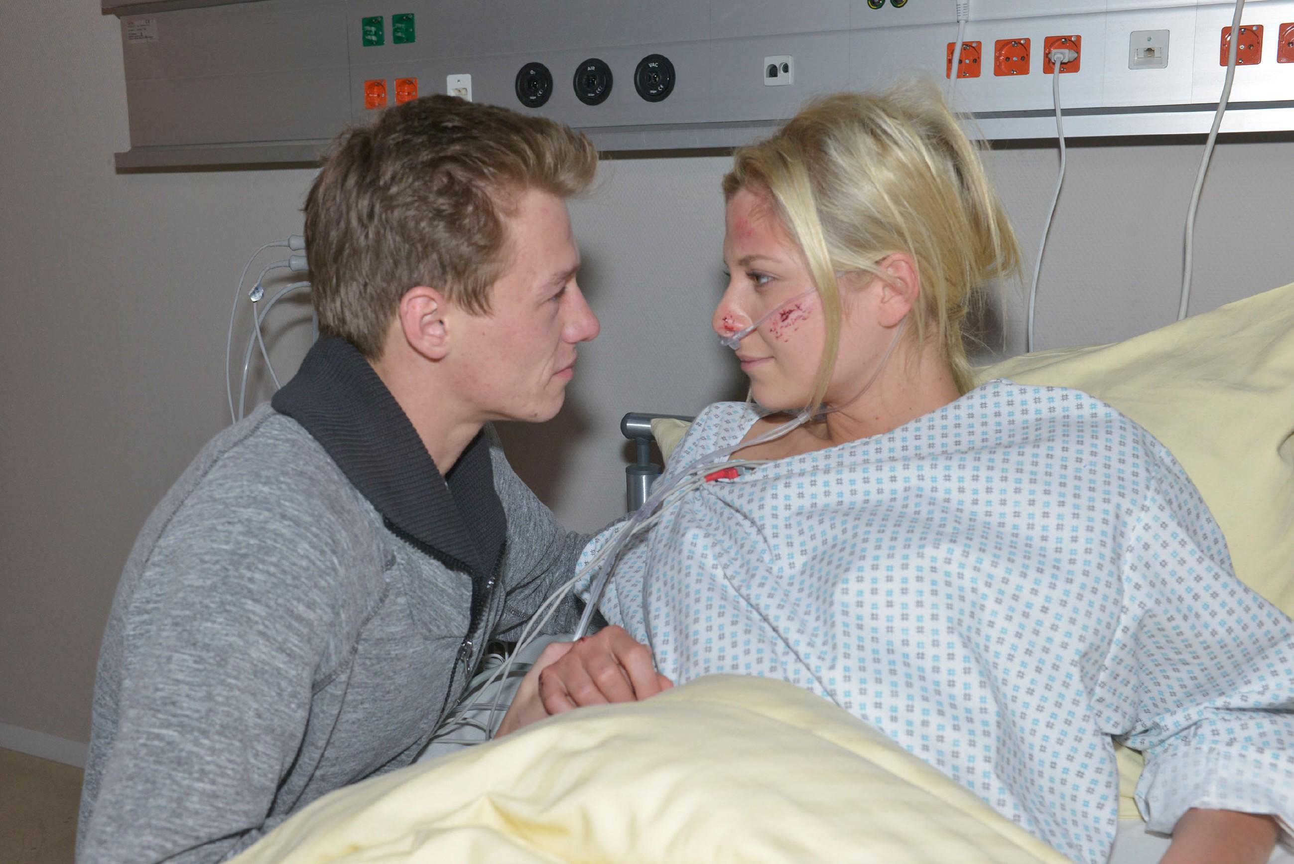 Vince (Vincent Krüger) ist so glücklich, Sunny (Valentina Pahde) wohlbehalten wieder zu haben, dass er ihr eine ganz besondere Liebeserklärung macht...