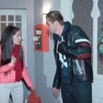 Sina (Valea Katharina Scalabrino) und Bambi (Benjamin Heinrich) geraten in Streit, weil Bambi sich in seiner Sorge um sie und Amelie nicht ernst genommen fühlt. (Quelle: RTL / Stefan Behrens)
