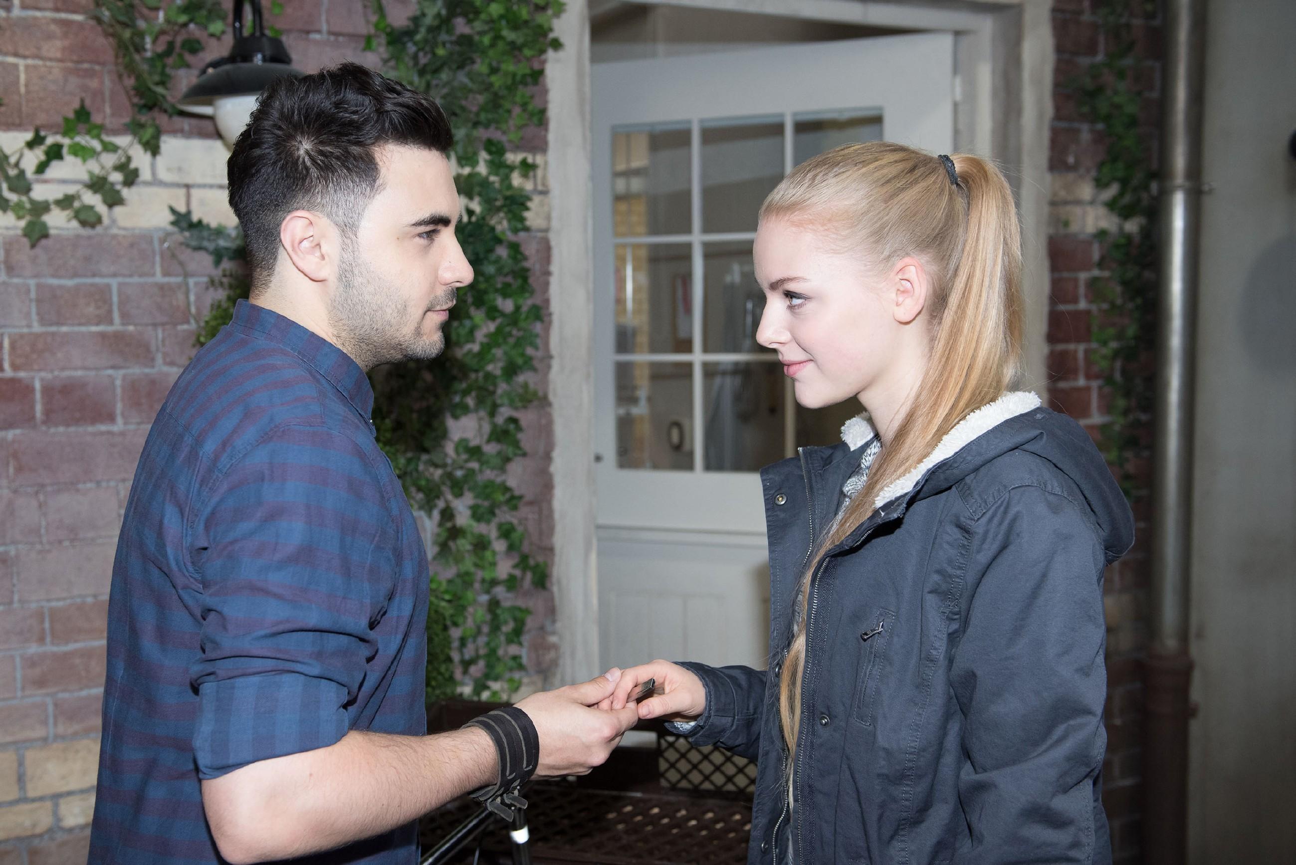 Fiona (Olivia Burkhart) beginnt sich, nicht zuletzt wegen Easy (Lars Steinhöfel), in der Schillerallee wohl zu fühlen. (Quelle: RTL / Stefan Behrens)