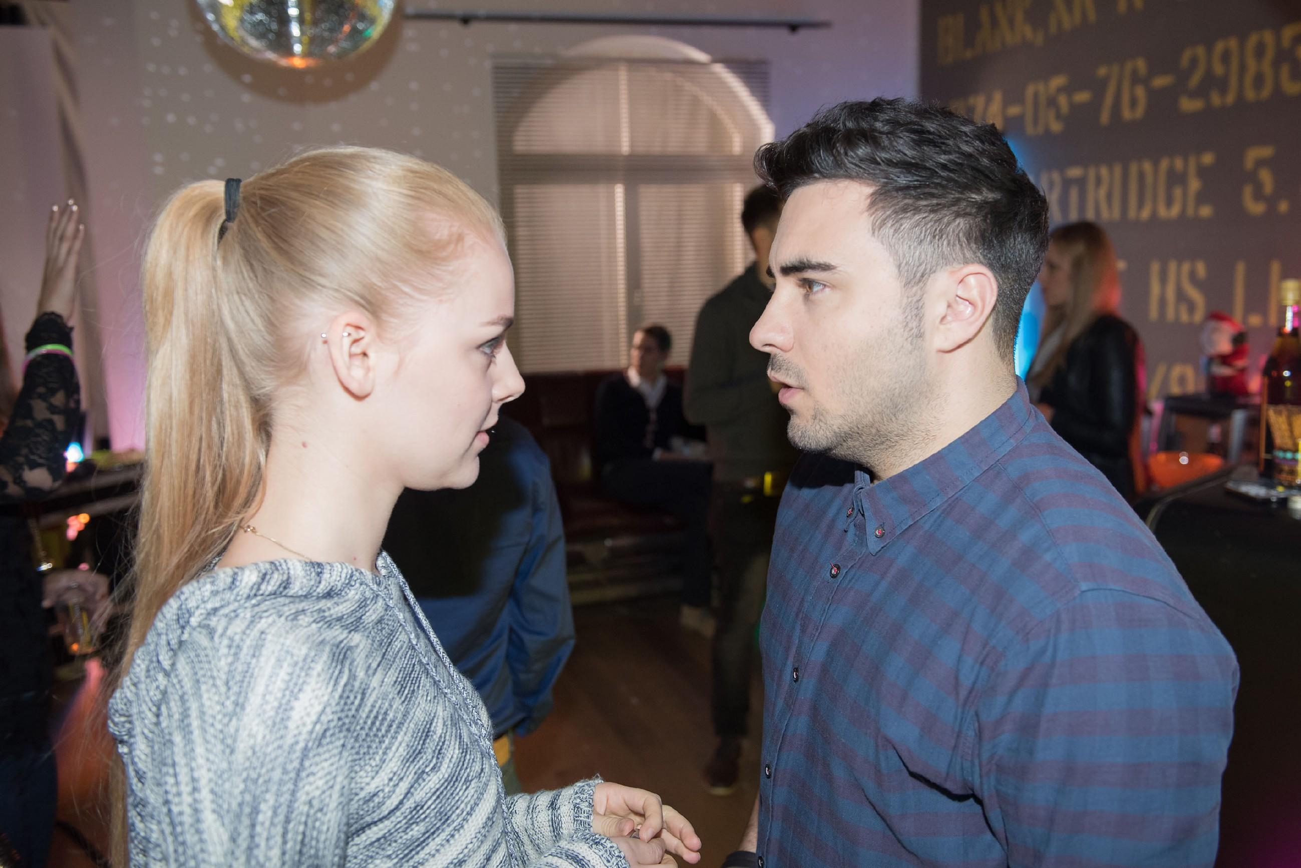 Easy (Lars Steinhöfel) ist überrascht, als Fiona (Olivia Burkhart) unerwartet auf der Einweihungsparty auftaucht. Wie werden seine Freunde auf sie reagieren? (Quelle: RTL / Stefan Behrens)