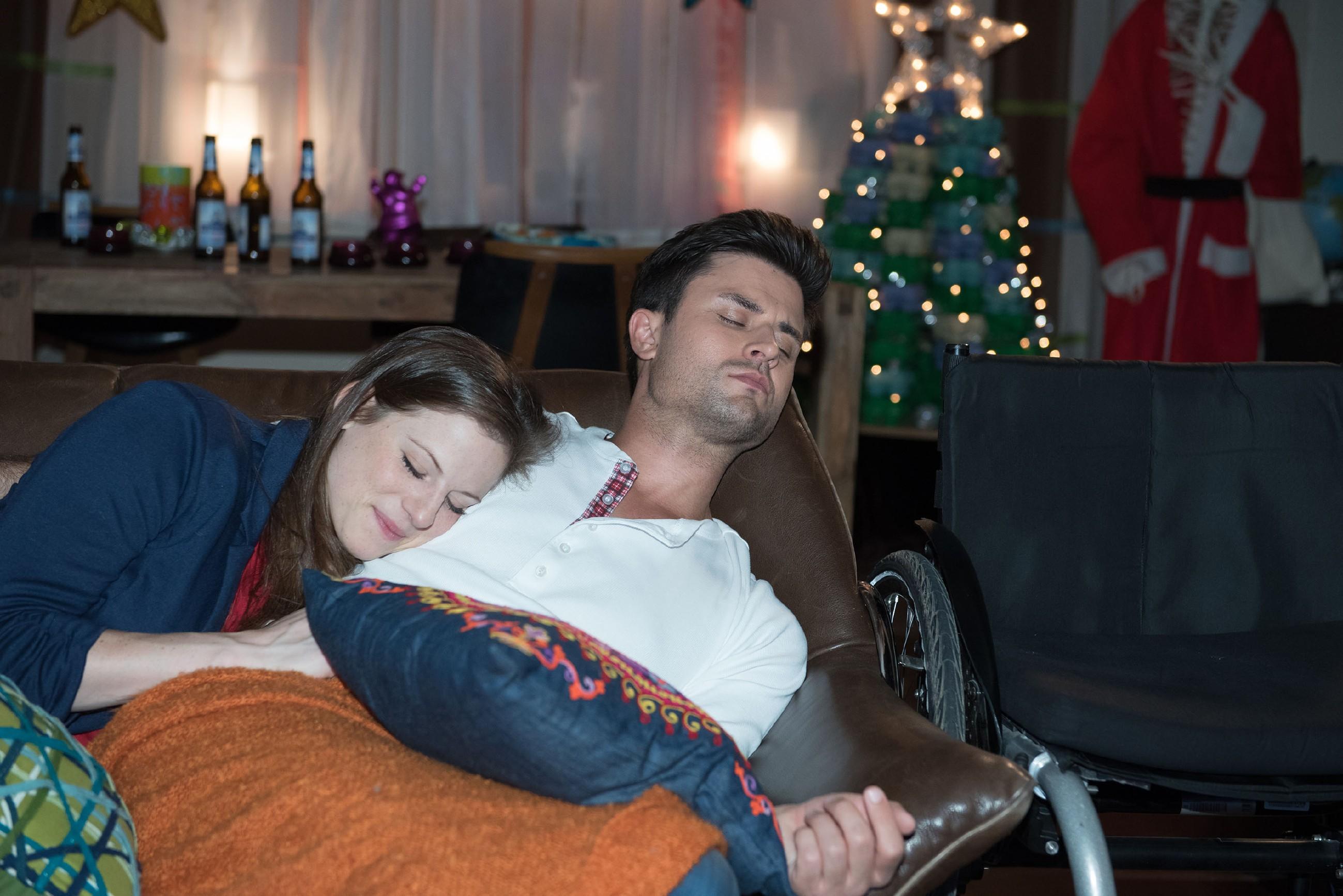 Elli (Nora Koppen) genießt einen unschuldig-zärtlichen Moment mit Paco (Milos Vukovic), als sie, erschöpft vom gemeinsamen Spaß, zusammen auf dem Sofa einschlafen. (Quelle: RTL / Stefan Behrens)