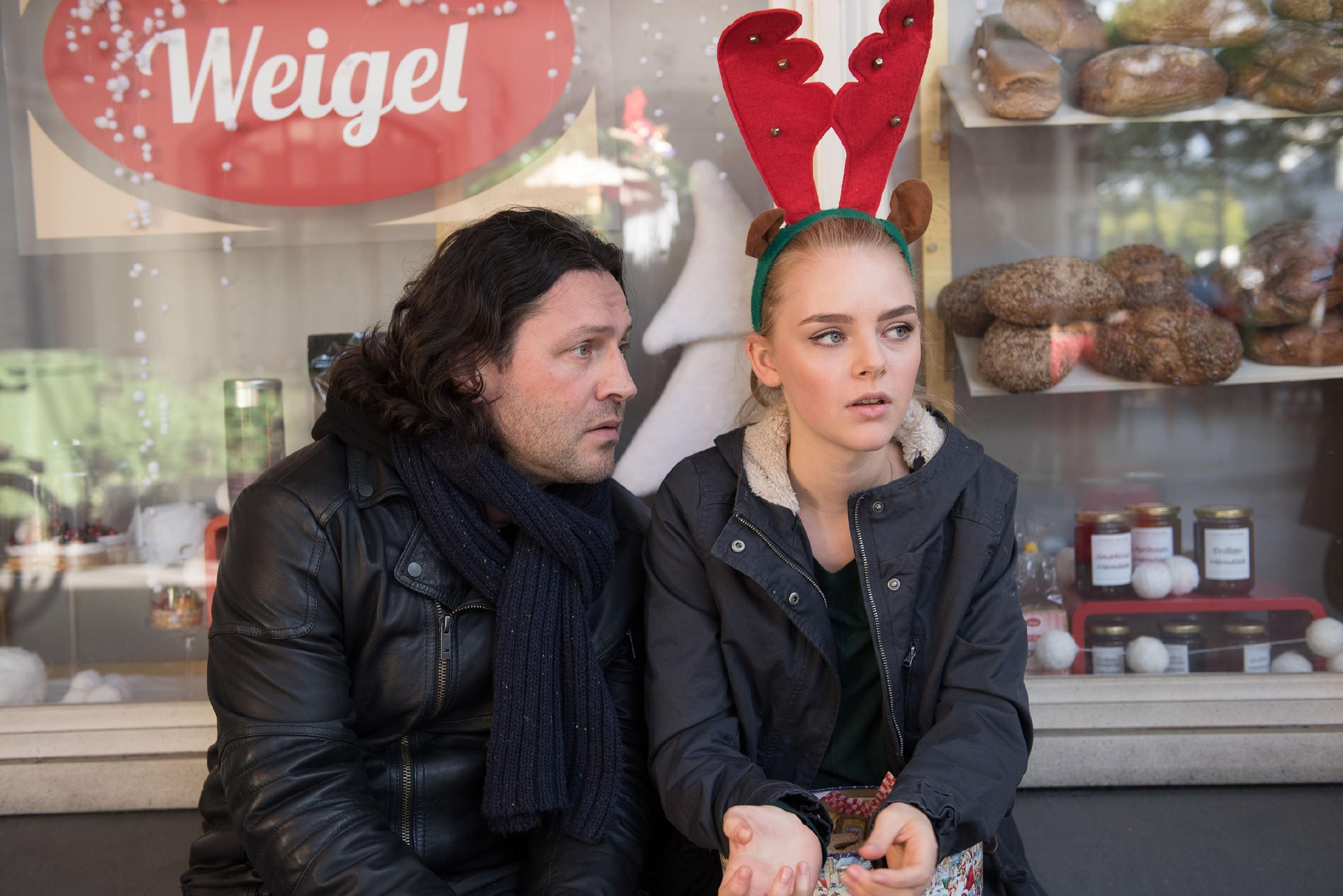 Rolf (Stefan Franz) versucht Fiona (Olivia Burkhart) darauf einzuschwören, dass sie die Schillerallee-Bewohner nicht brauchen. (Quelle: RTL / Stefan Behrens)