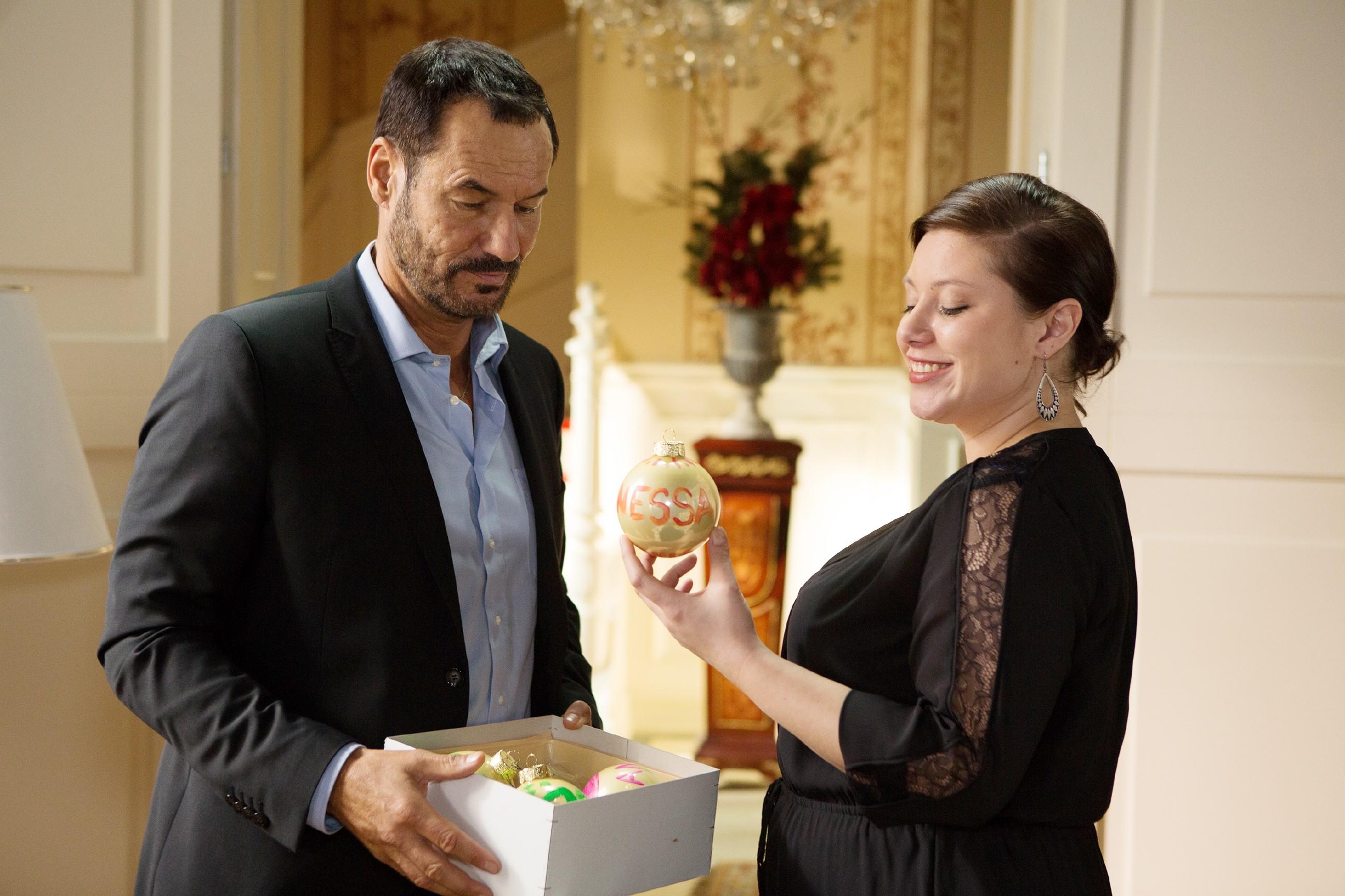 Richard (Sivian-Pierre Leirich) schwelgt in Erinnerungen an frühere Weihnachtsfeste und ist traurig, als auch noch Vanessa (Julia Augustin) wegfährt. (Quelle: RTL / Michael Böhme)