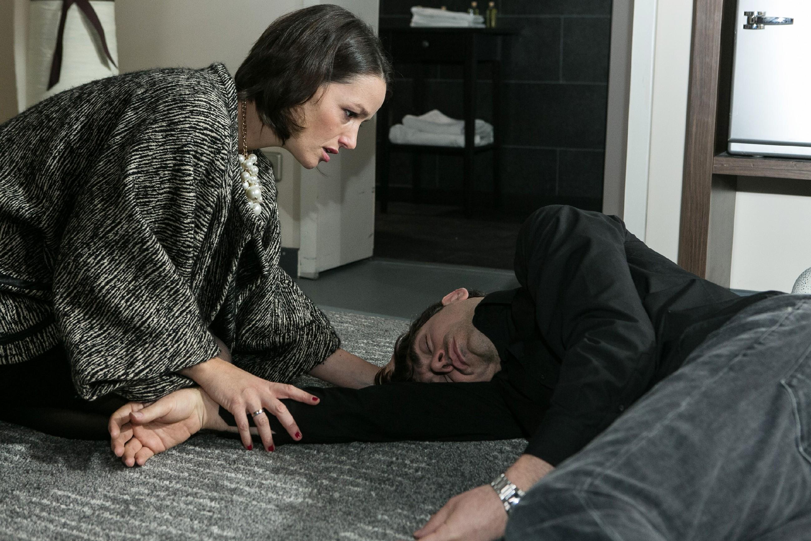 Jenny (Kaja Schmidt-Tychsen) ist entsetzt, als Veit (Carsten Clemens) nach ihrer Ohrfeige plötzlich zusammenbricht... (Quelle: RTL / Kai Schulz)