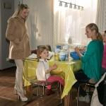 Isabelle (Ania Niedieck, l.) und Sonja (Barbara Sotelsek, 2.v.r.) werden durch ihre Kinder Sophia (Maya Alexa Moormann, 2.v.l.) und Flo (Julia Albrecht) unfreiwillig vereint. (Quelle: RTL / Kai Schulz)