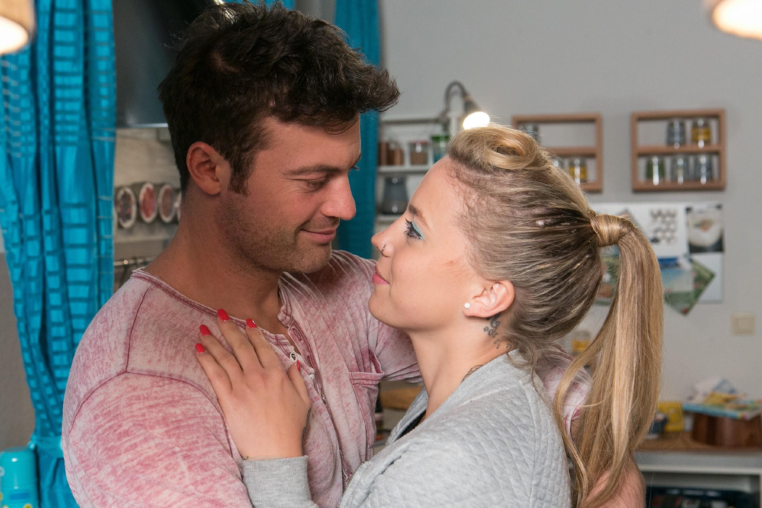 Nicht ahnend, dass sie wegen Matthias in Gefahr schwebt, versichert Iva (Christina Klein) Ben (Jörg Rohde), dass sie ihn liebt und eine Zukunft mit ihm will. (Quelle: RTL / Kai Schulz)