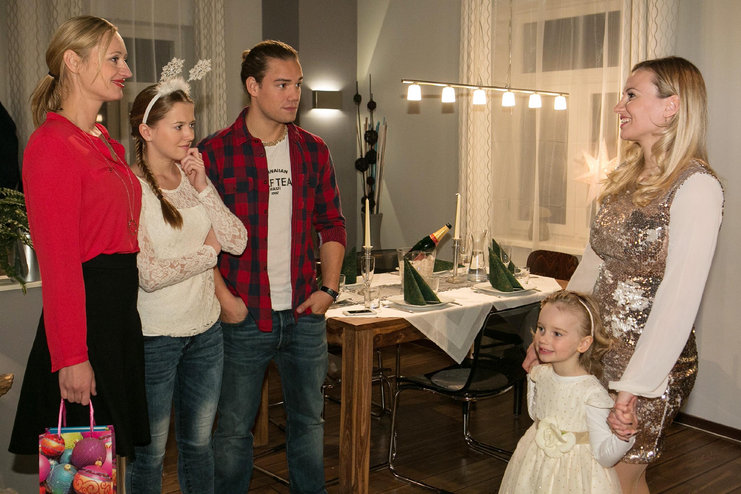 Isabelle (Ania Niedieck, r.) spielt Thomas zuliebe die gute Gastgeberin für dessen Familie und begrüßt gemeinsam mit Sophia (Maya Alexa Moormann, 2.v.r.) Sonja (Barbara Sotelsek, l.), Flo (Julia Albrecht) und Leo (Julian Bayer) zum Weihnachtsessen. (Quelle: RTL / Kai Schulz)
