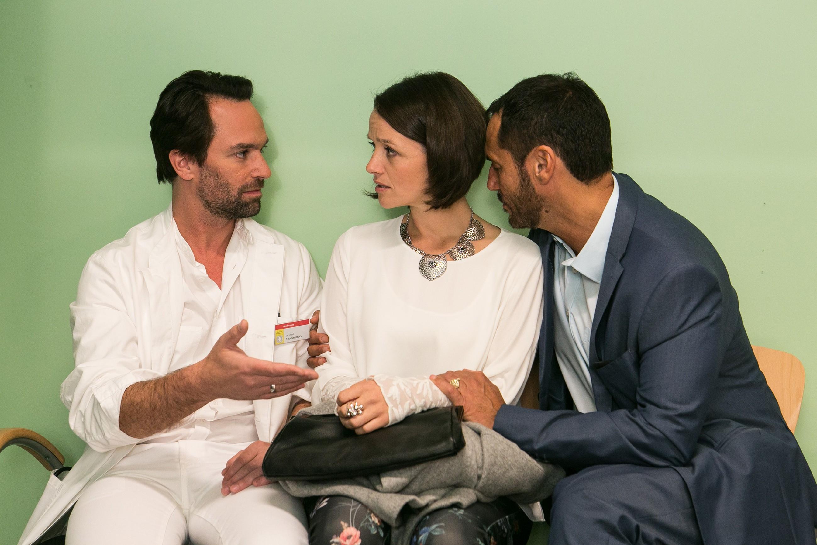 Jenny (Kaja Schmidt-Tychsen) und Richard (Silvan-Pierre Leirich, r.) sind betroffen, als Thomas (Daniel Brockhaus) ihnen erklärt, dass Veit vielleicht nie wieder ganz gesund wird. (Quelle: RTL / Kai Schulz)