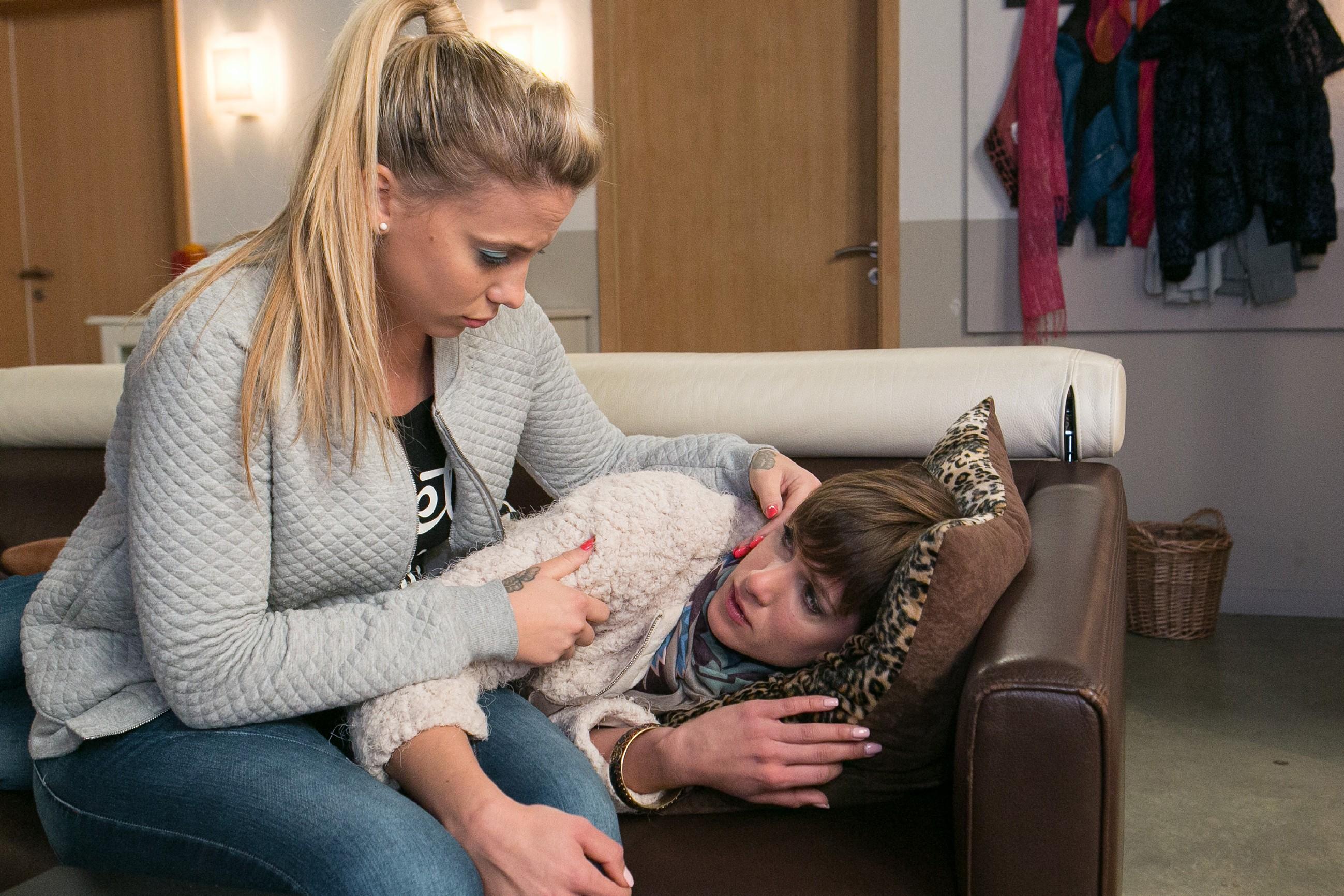 Pia (Isabell Horn, r.) wird in ihrer Sorge um Veit von Iva (Christina Klein) aufgefangen. (Quelle: RTL / Kai Schulz)