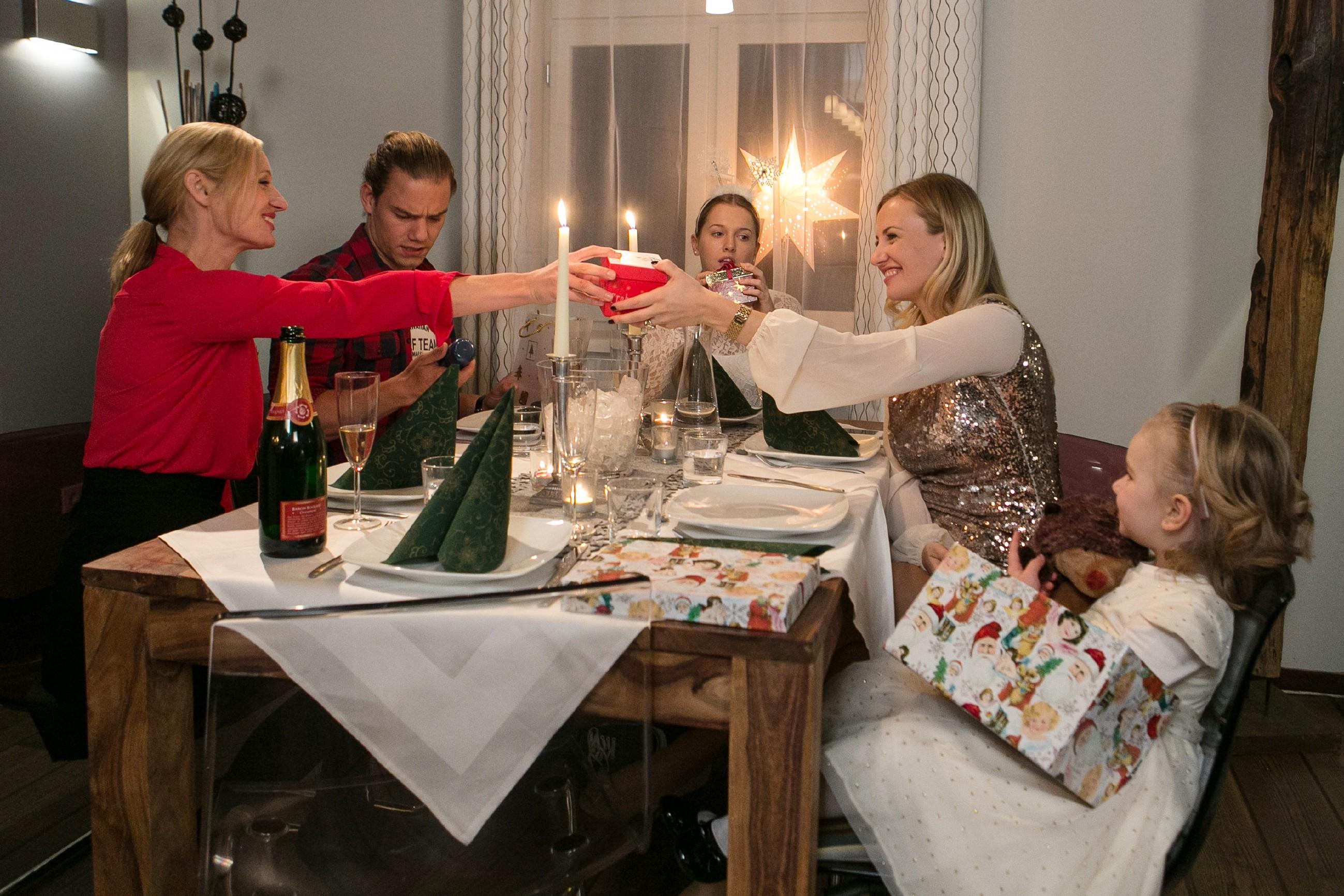 Isabelle (Ania Niedieck, 2.v.r.) spielt Thomas zuliebe die gute Gastgeberin für dessen Familie und muss mit Sophia (Maya Alexa Moormann, r.) den Weihnachtsabend mit Sonja (Barbara Sotelsek, l.), Flo (Julia Albrecht) und Leo (Julian Bayer) verbringen. (Quelle: RTL / Kai Schulz)